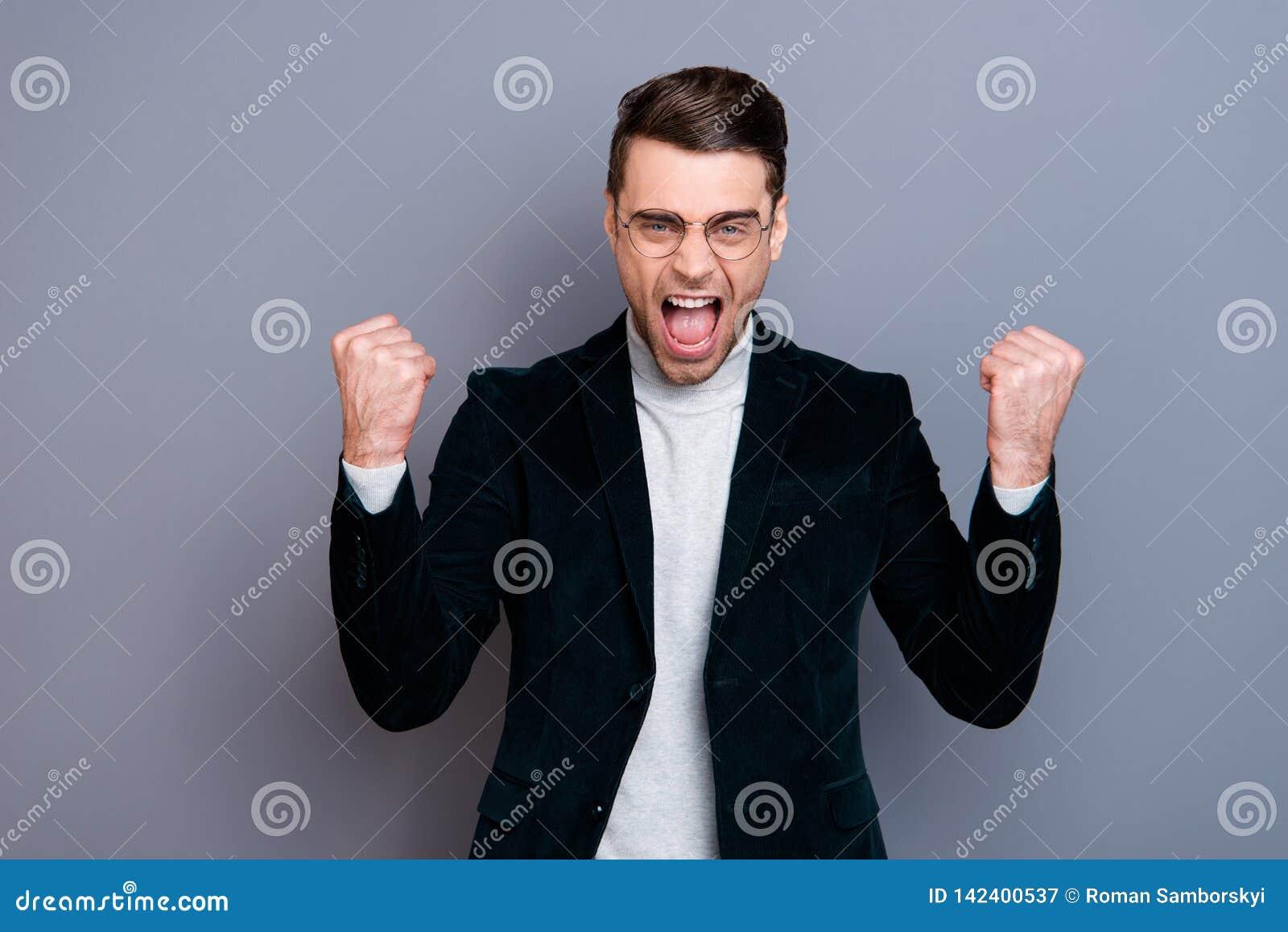 Πορτρέτο δικοί του αυτός συμπαθητικός χαριτωμένος όμορφος ελκυστικός τρελλός εύθυμος χαρωπός τύπος που φορά velveteen την κραυγή
