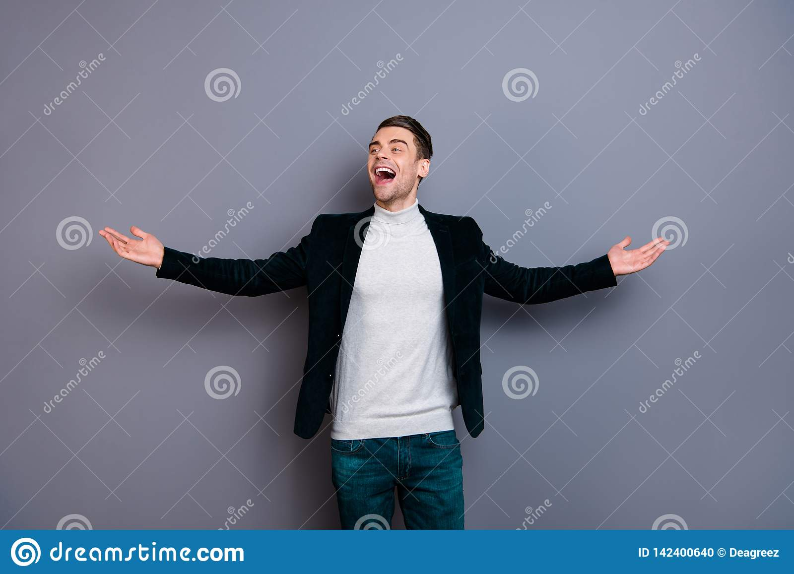 Πορτρέτο δικοί του αυτός συμπαθητικός χαριτωμένος όμορφος ελκυστικός ελεύθερος εύθυμος χαρωπός τύπος που φορά velveteen την ελευθ
