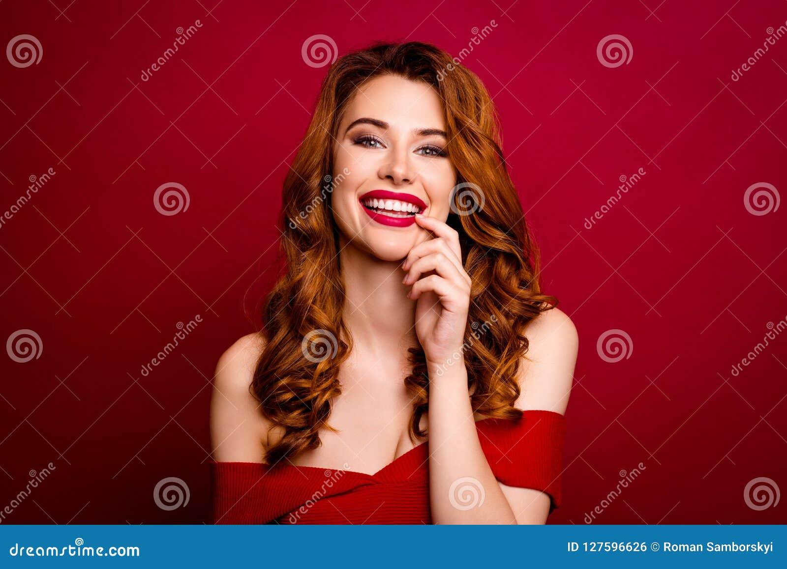 Πορτρέτο ελκυστικού, όμορφος, ονειροπόλος, γοητεία, επιτυχία σγουρή