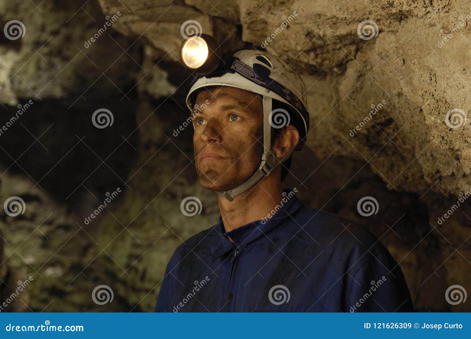 Πορτρέτο ενός ανθρακωρύχου μέσα σε ένα ορυχείο