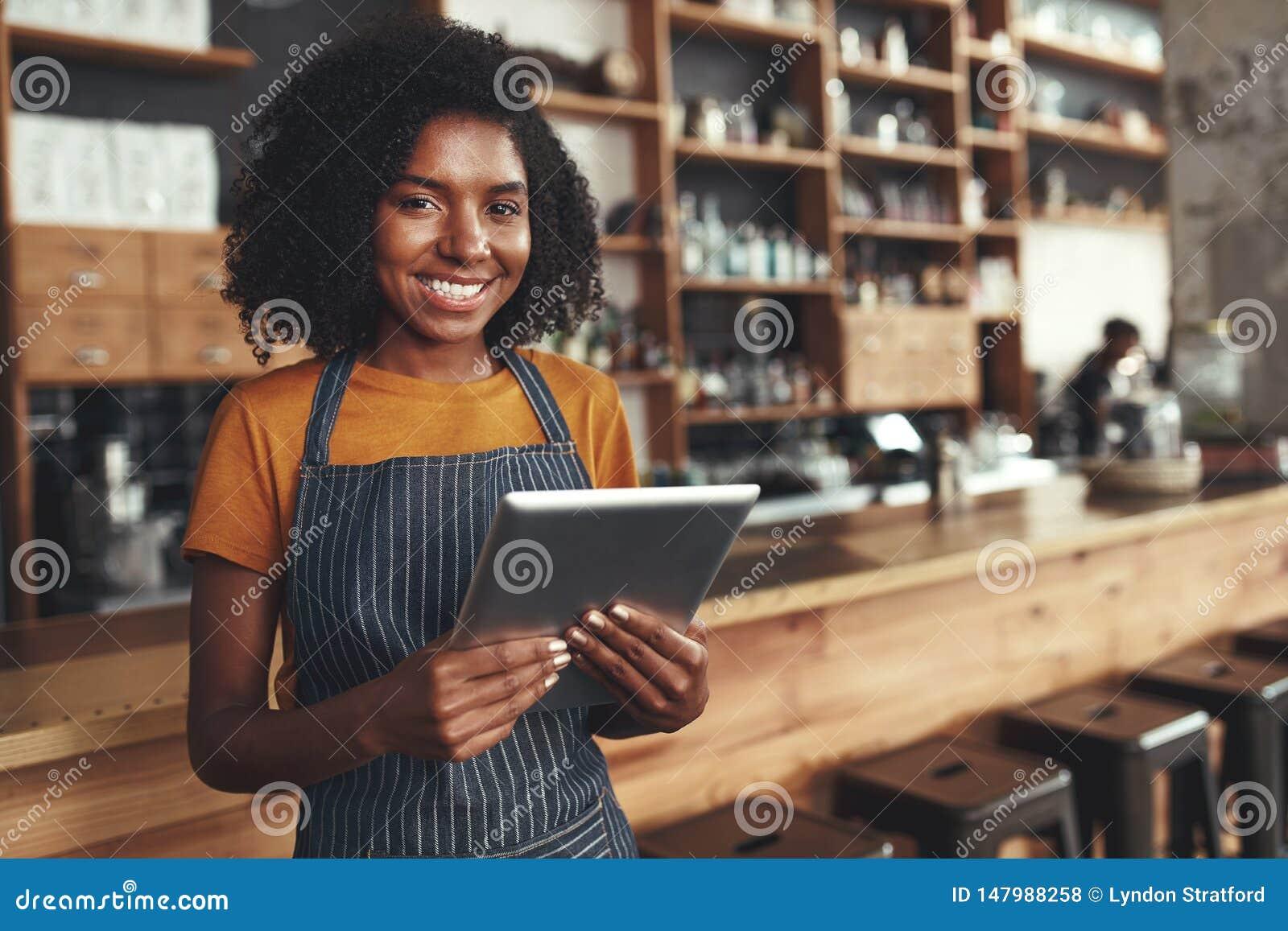 Πορτρέτο ενός αφρικανικού νέου θηλυκού ιδιοκτήτη καφέδων