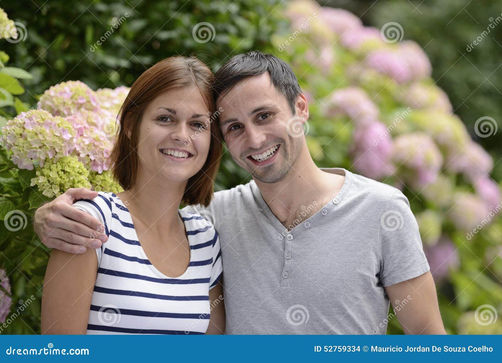 Πορτρέτο ενός ευτυχούς ζεύγους ετεροφυλόφιλων