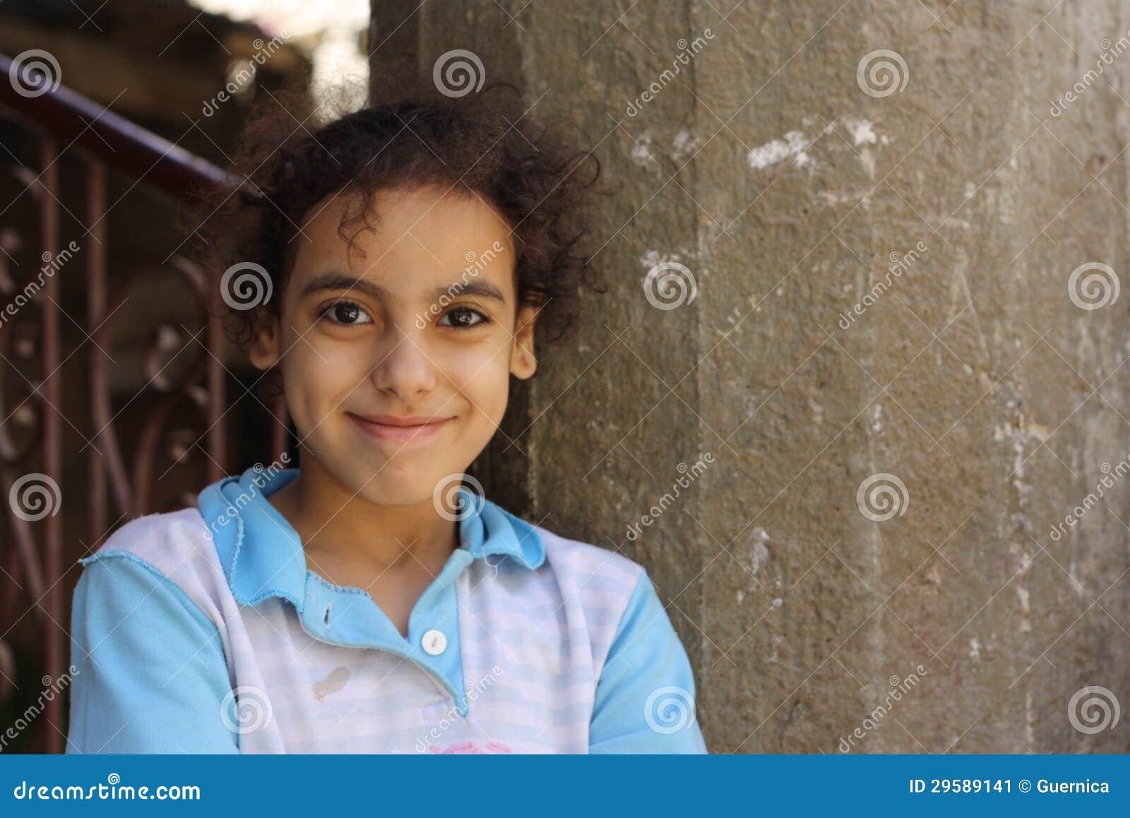 Πορτρέτο ενός ευτυχούς κοριτσιού στην οδό στο giza, Αίγυπτος