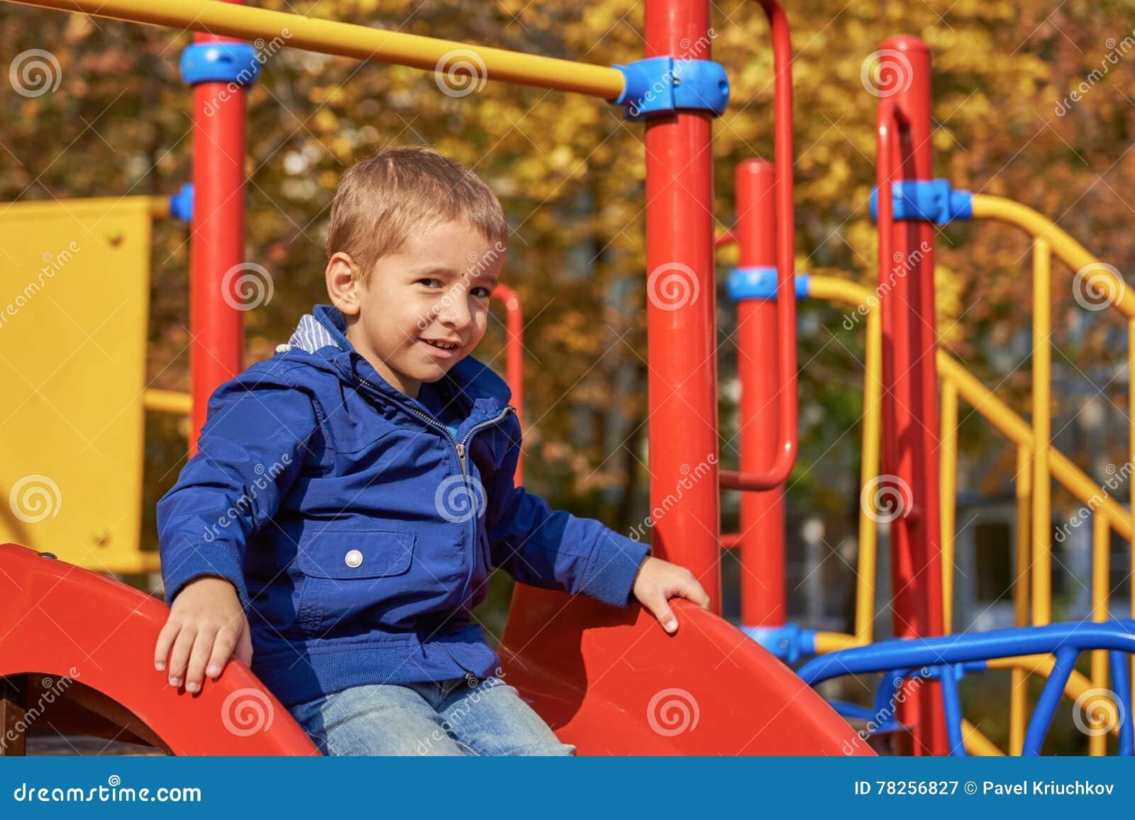 Πορτρέτο ενός ευτυχούς παιδιού στην παιδική χαρά