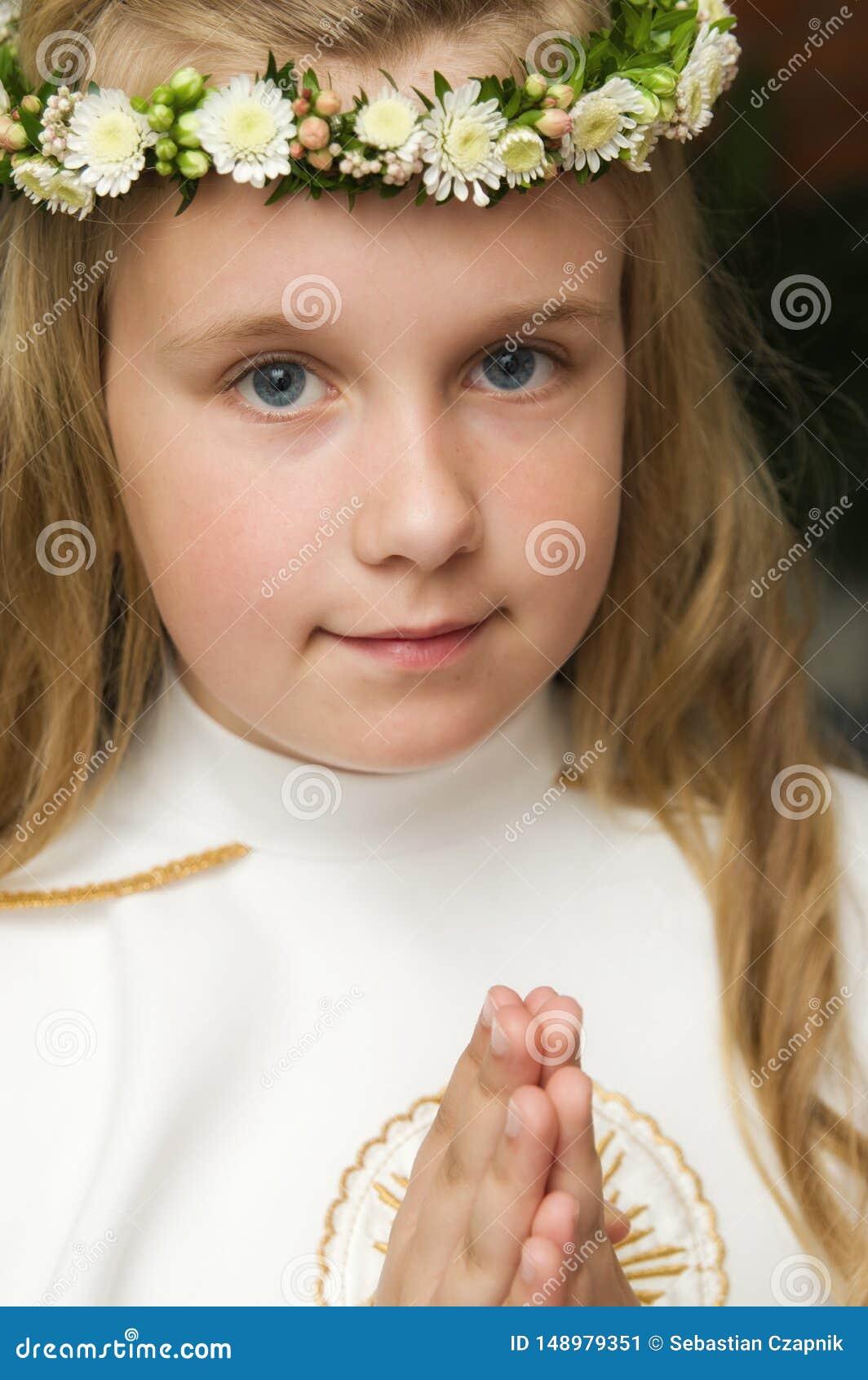 Πορτρέτο ενός κοριτσιού έτοιμου για την πρώτη ιερή κοινωνία