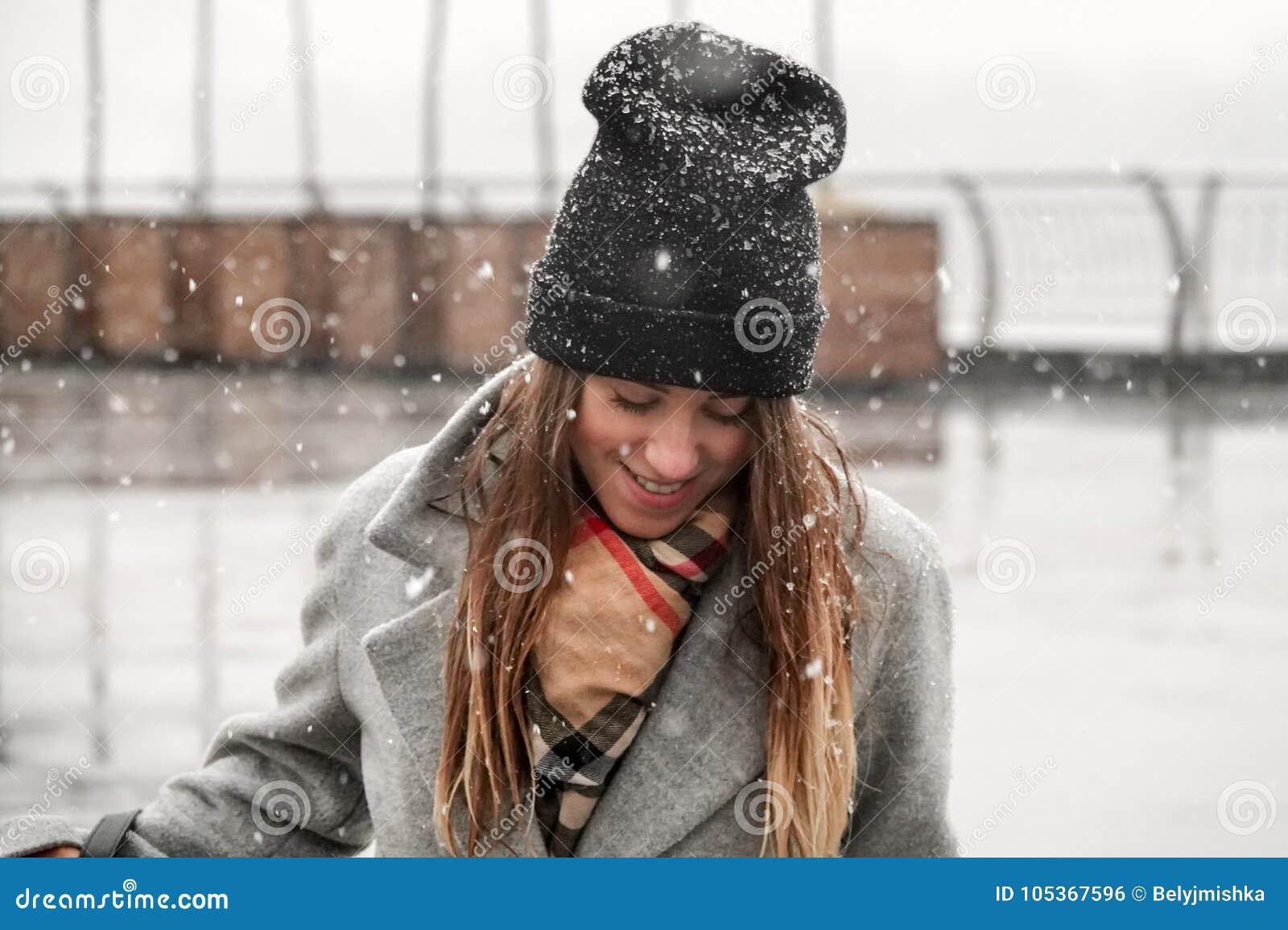 Πορτρέτο ενός κοριτσιού σε ένα καπέλο και ένα γκρίζο παλτό