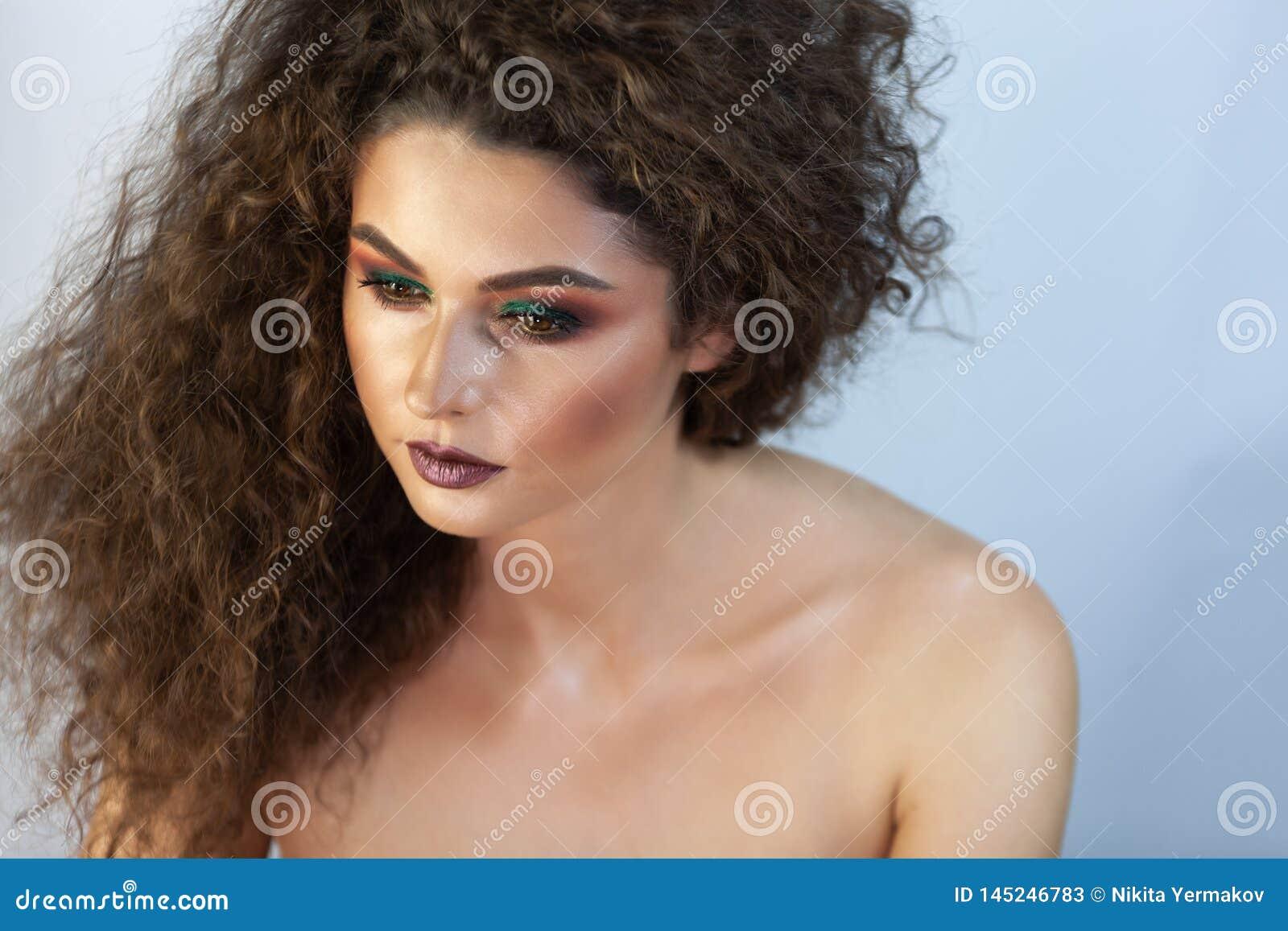 Πορτρέτο ενός κοριτσιού σε ένα υπόβαθρο με το makeup