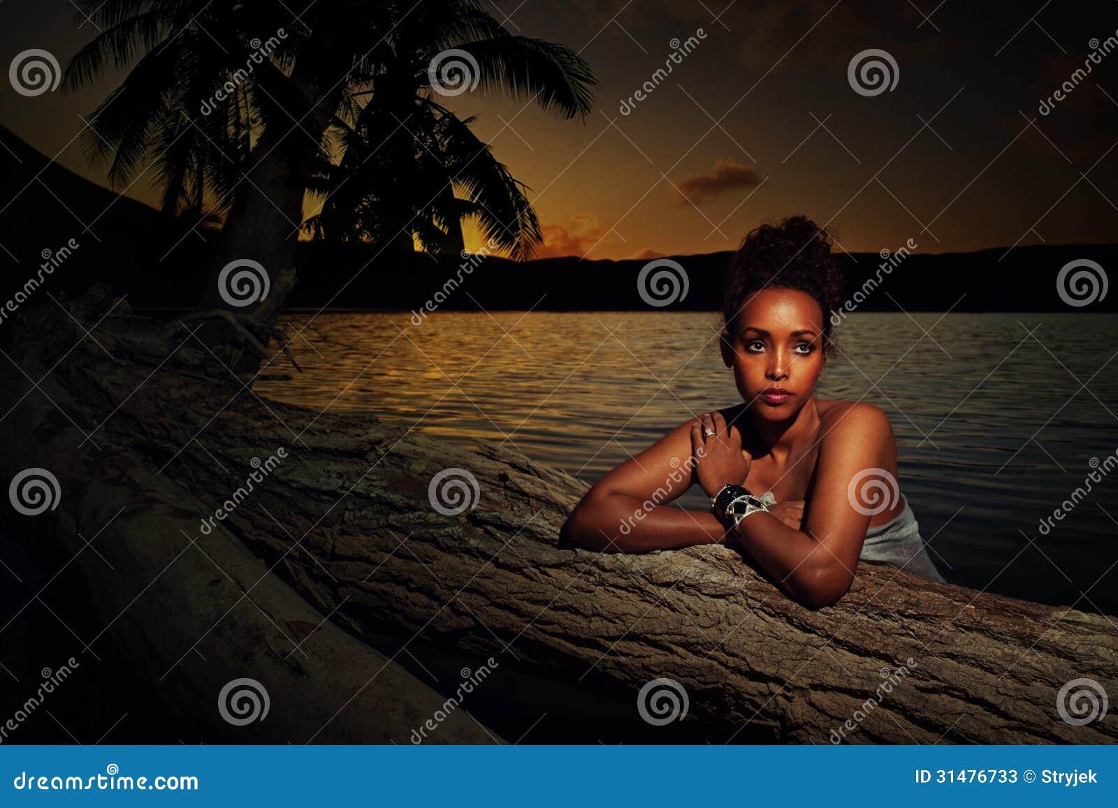 Πορτρέτο ενός κοριτσιού στο ηλιοβασίλεμα
