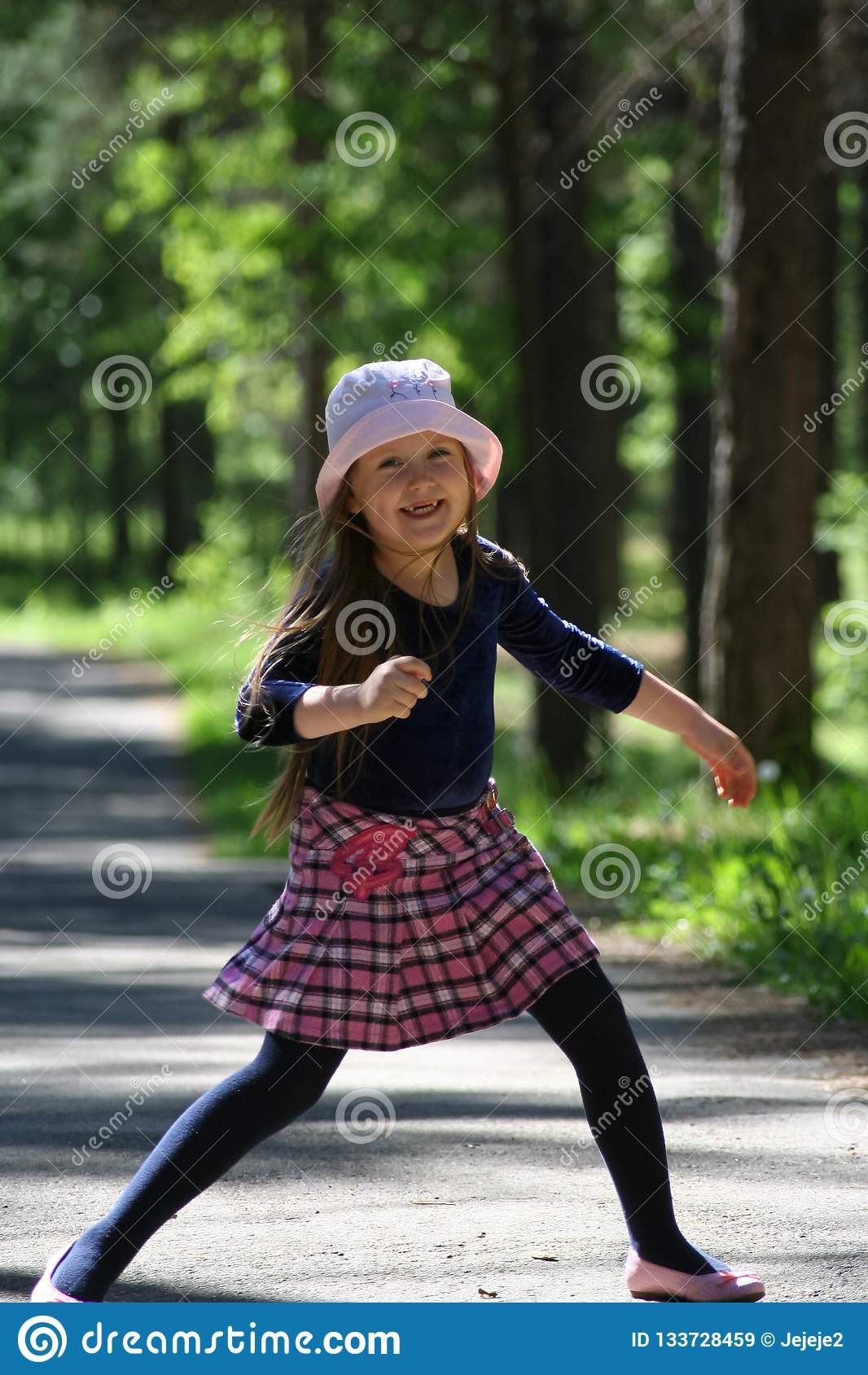 Πορτρέτο ενός μικρού κοριτσιού σε ένα ρόδινο καπέλο