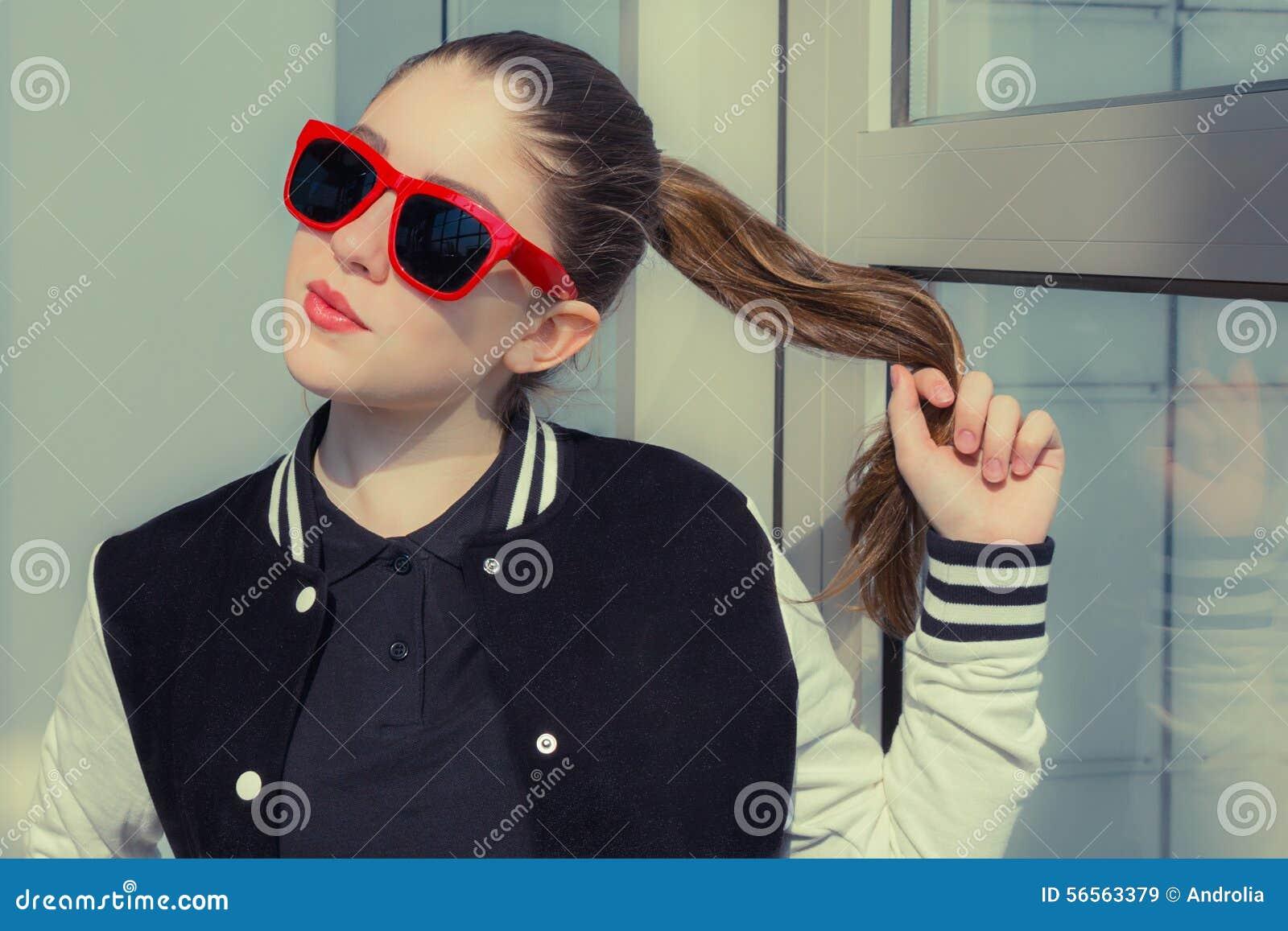 Download Πορτρέτο ενός μοντέρνου κοριτσιού στα κόκκινα γυαλιά ηλίου Στοκ Εικόνα - εικόνα από μοντέλο, μόδα: 56563379