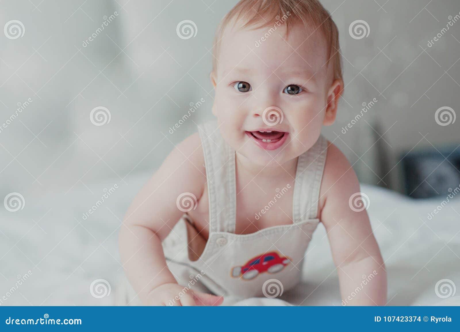 Πορτρέτο ενός χαμογελώντας μικρού παιδιού στο κρεβάτι