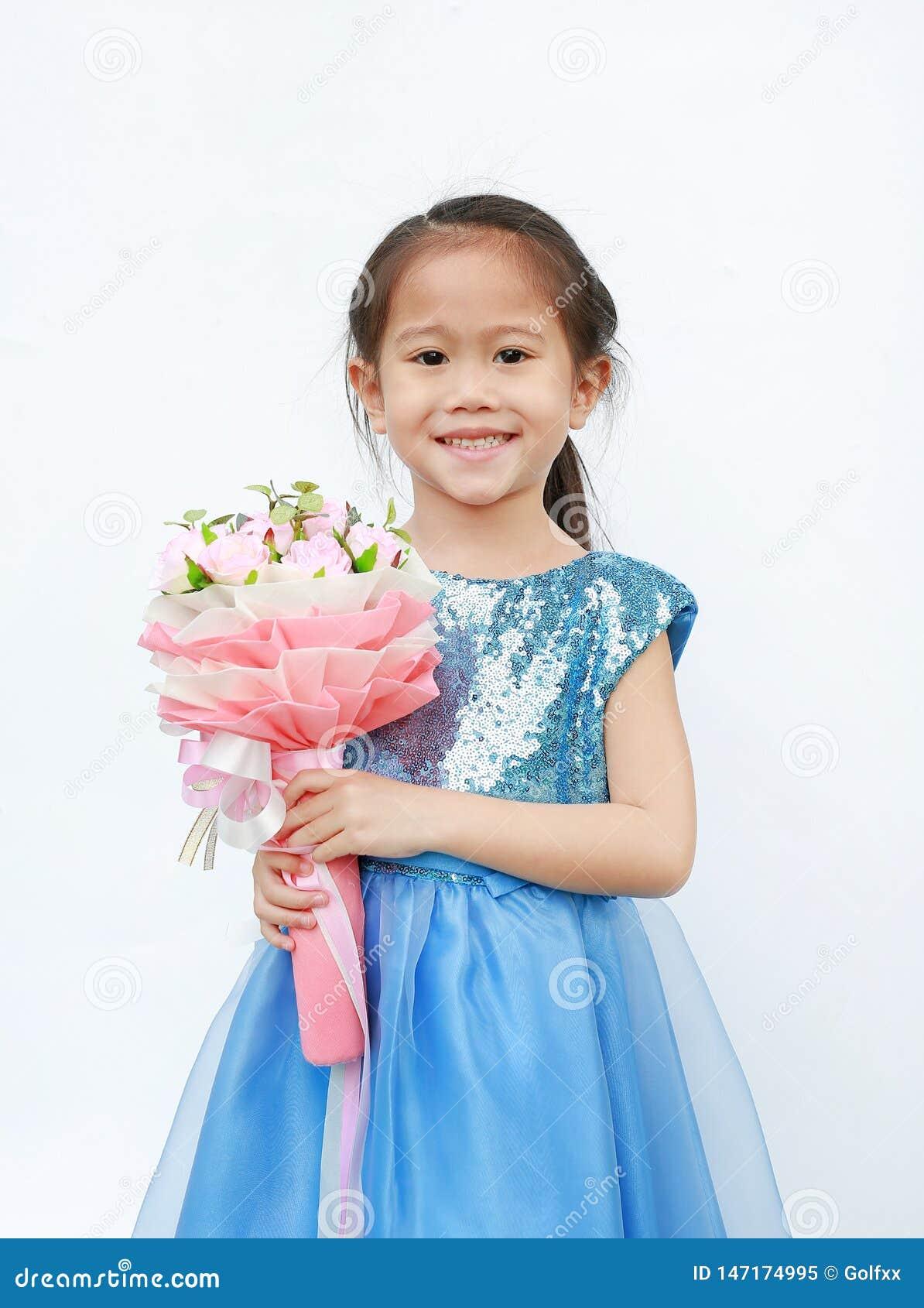Πορτρέτο ενός χαριτωμένου μικρού κοριτσιού παιδιών με την ανθοδέσμη των τριαντάφυλλων που απομονώνεται στο άσπρο υπόβαθρο