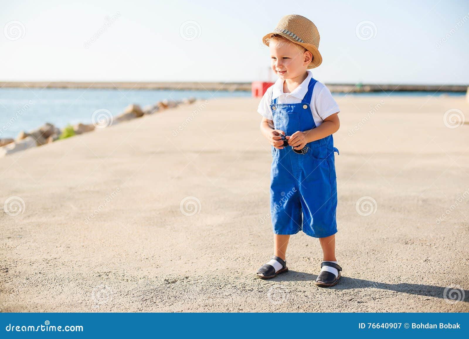 Πορτρέτο ενός χαριτωμένου ξανθού αγοριού στο καπέλο