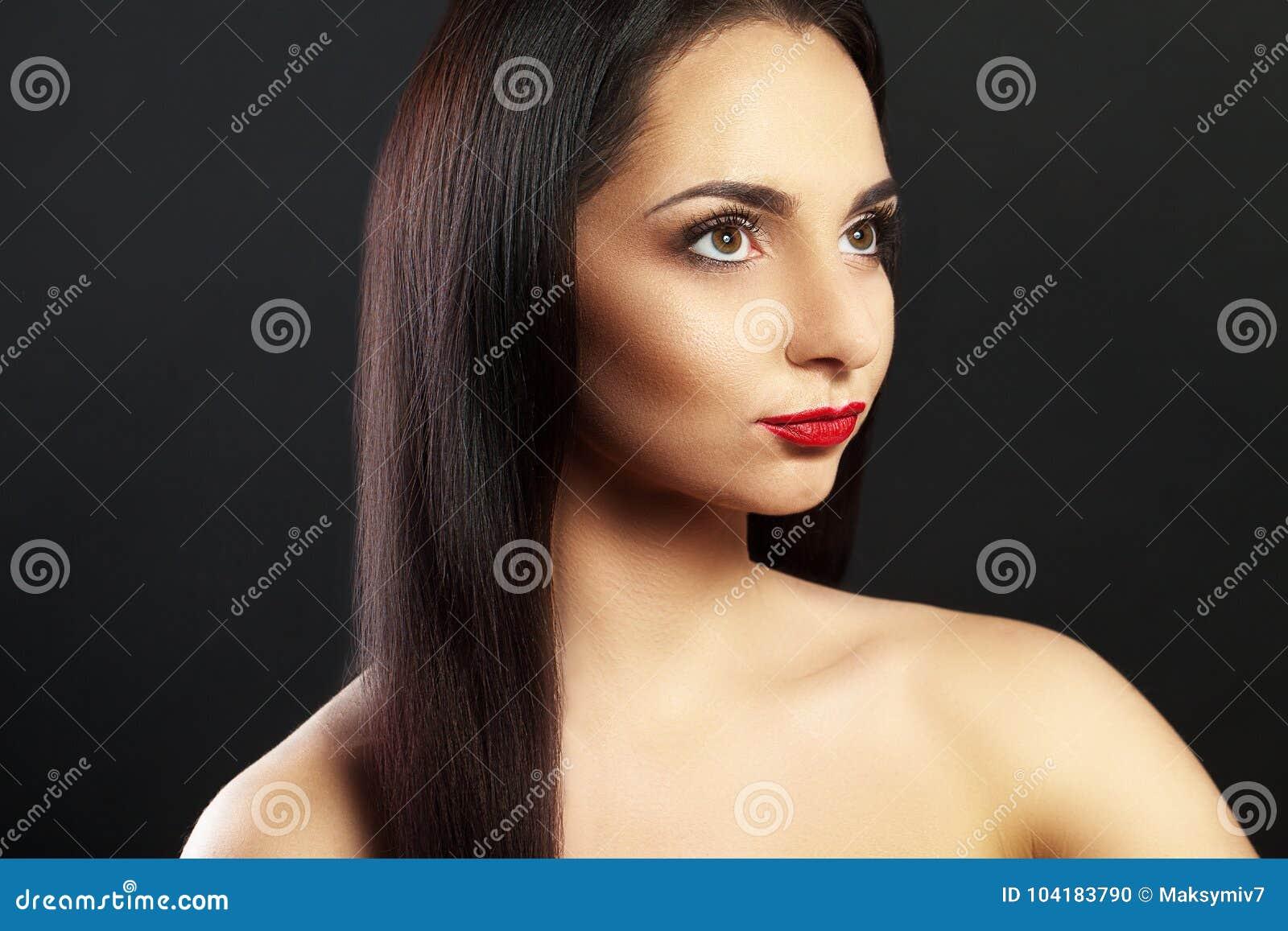 Πορτρέτο ενός όμορφου κοριτσιού Επαγγελματικό Makeup χειλικό κόκκινο nude Σε μια μαύρη ανασκόπηση μεγάλο τρίχωμα