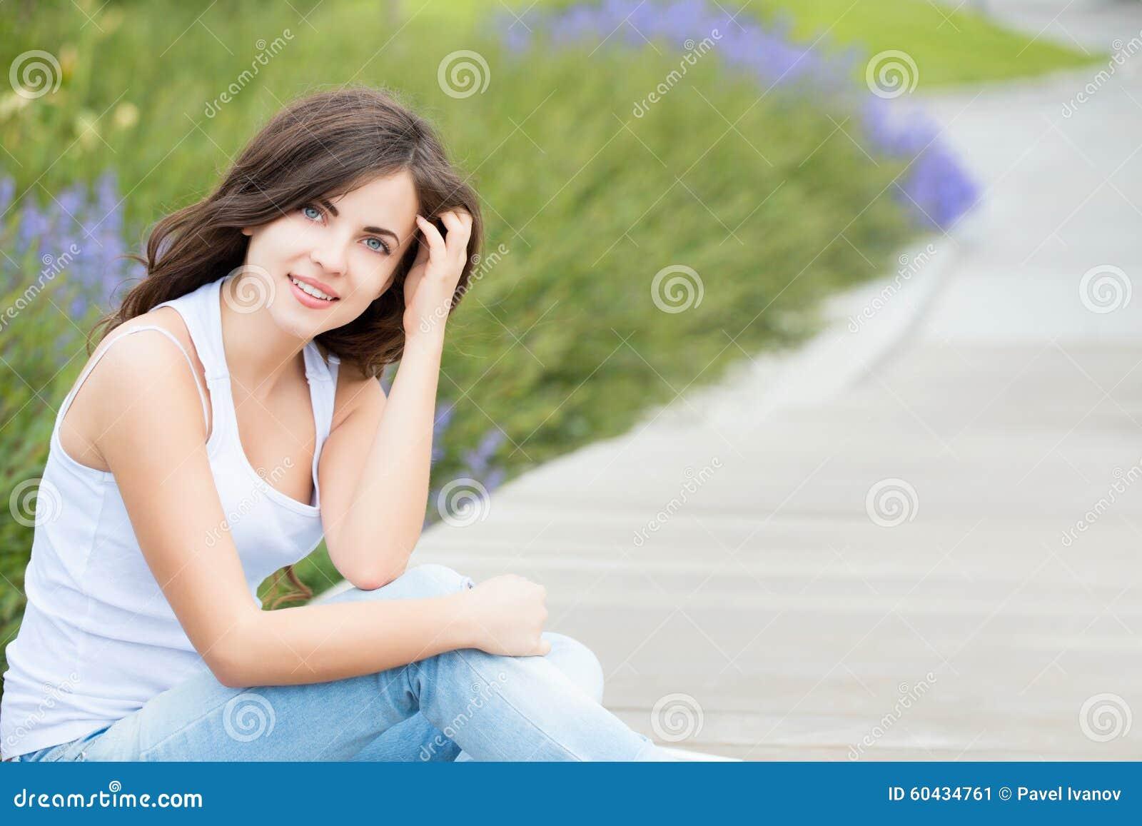 Πορτρέτο ενός όμορφου κοριτσιού σπουδαστών στο πάρκο