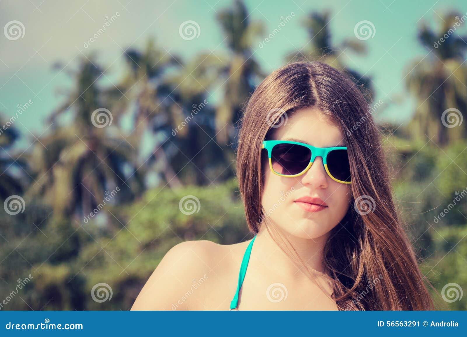 Download Πορτρέτο ενός όμορφου κοριτσιού στα ζωηρόχρωμα γυαλιά ηλίου Στοκ Εικόνα - εικόνα από έξυπνο, θηλυκό: 56563291