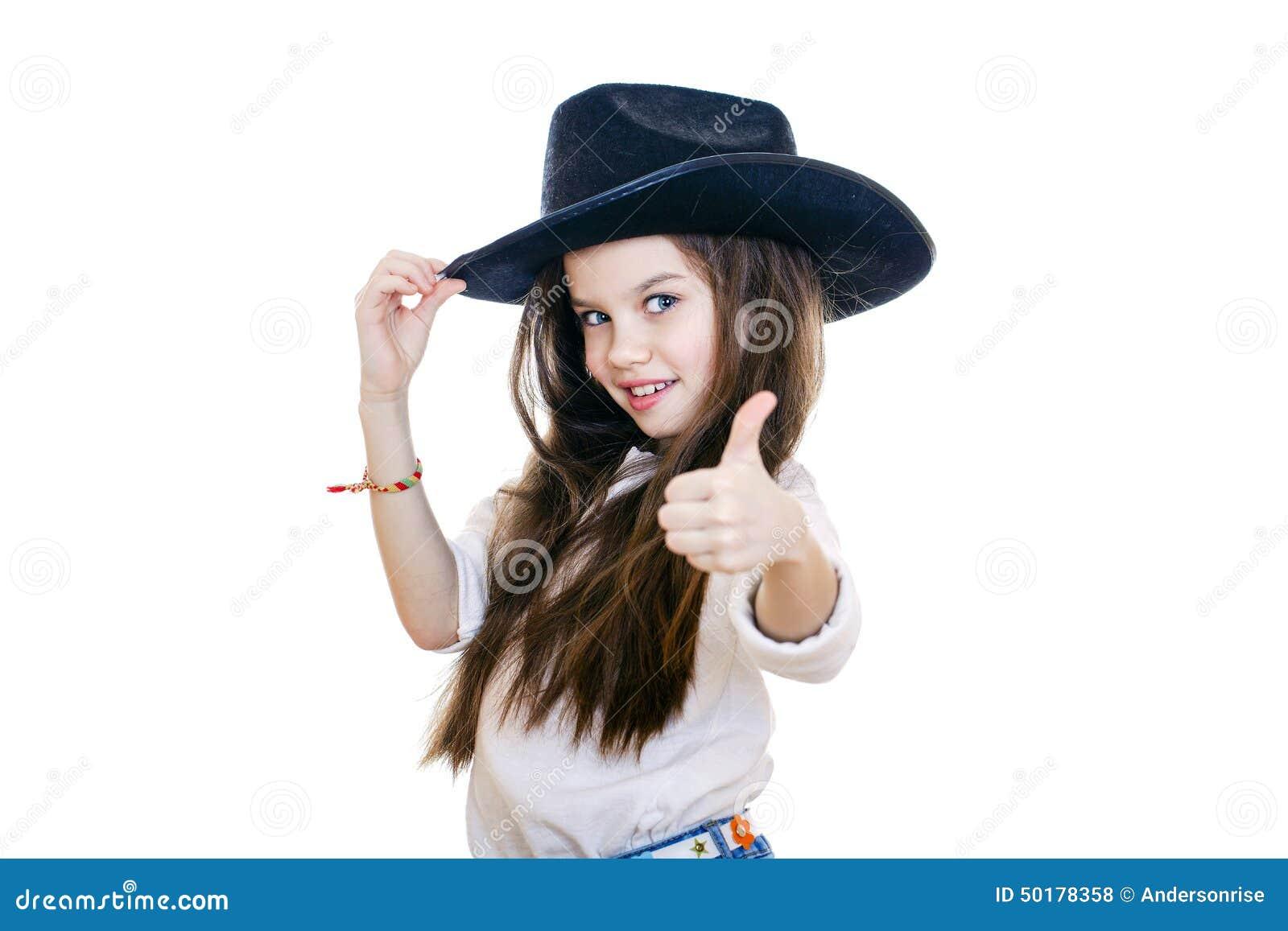 Πορτρέτο ενός όμορφου μικρού κοριτσιού σε ένα μαύρο καπέλο κάουμποϋ