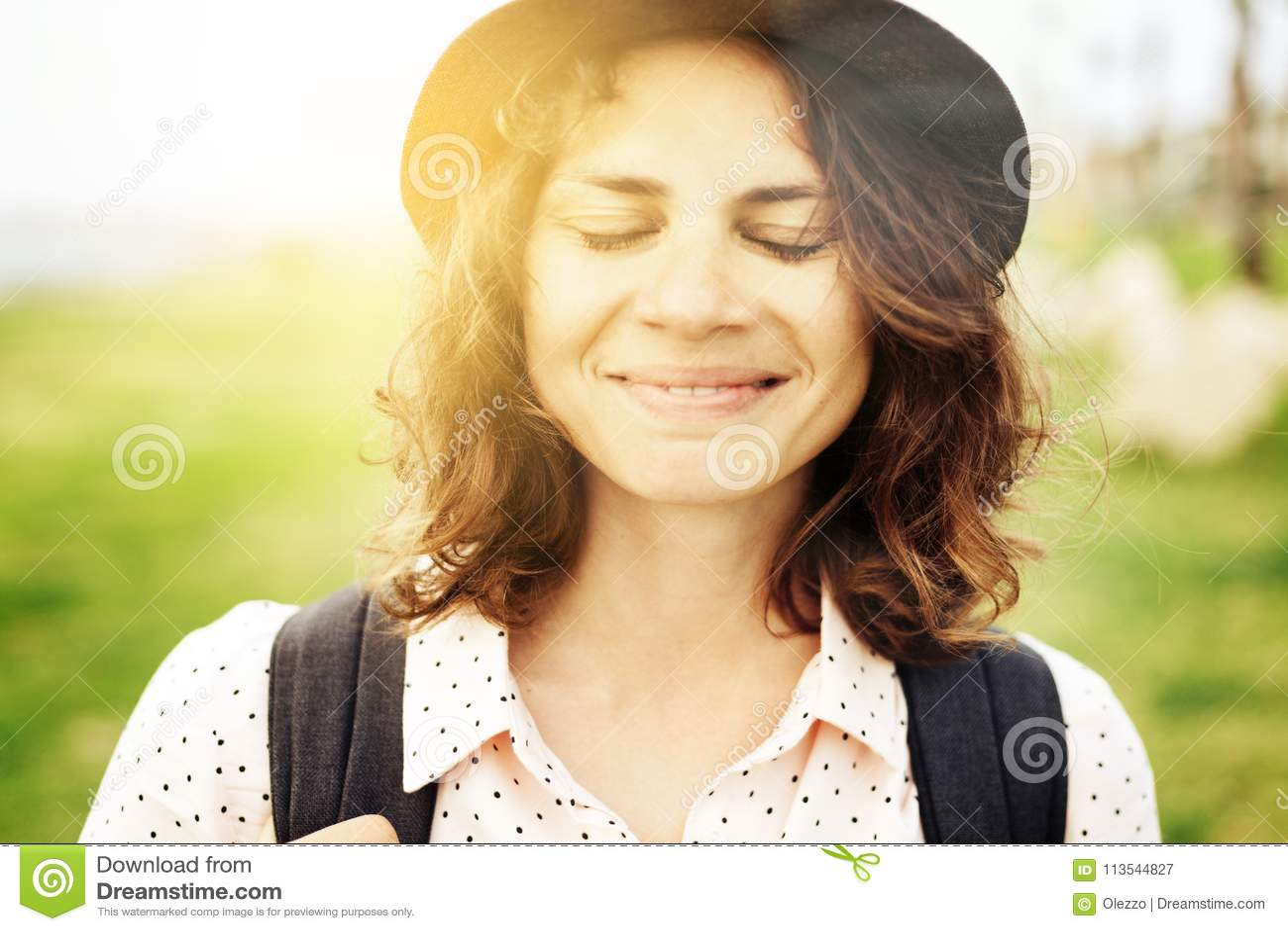 Πορτρέτο ενός όμορφου νέου κοριτσιού γυναικών hipster σε ένα blinki καπέλων