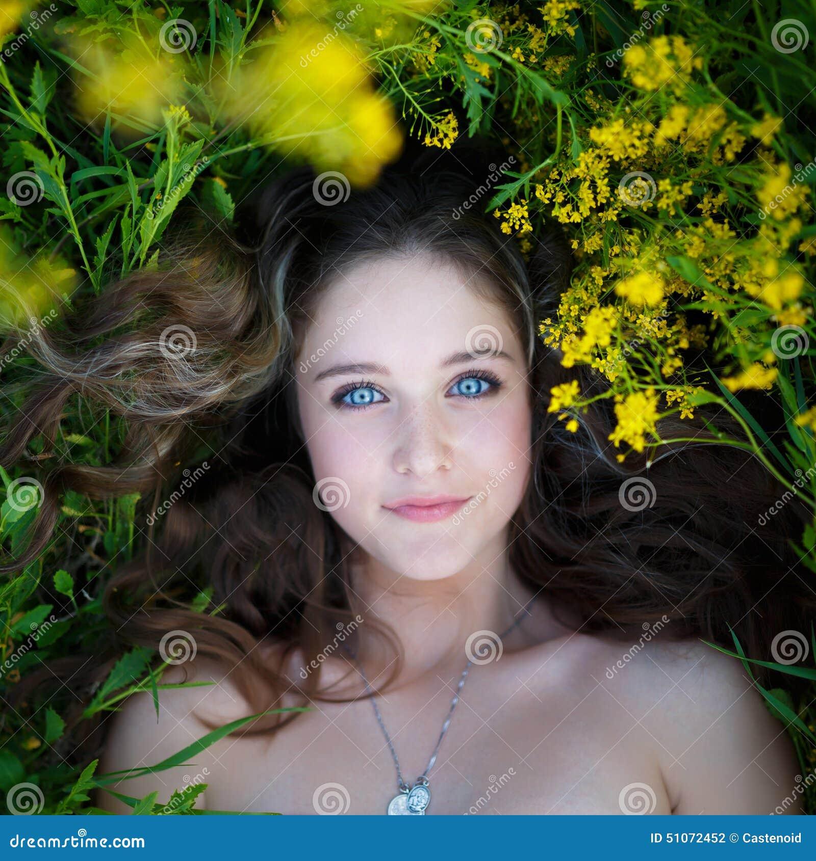 Πορτρέτο ενός όμορφου νέου κοριτσιού