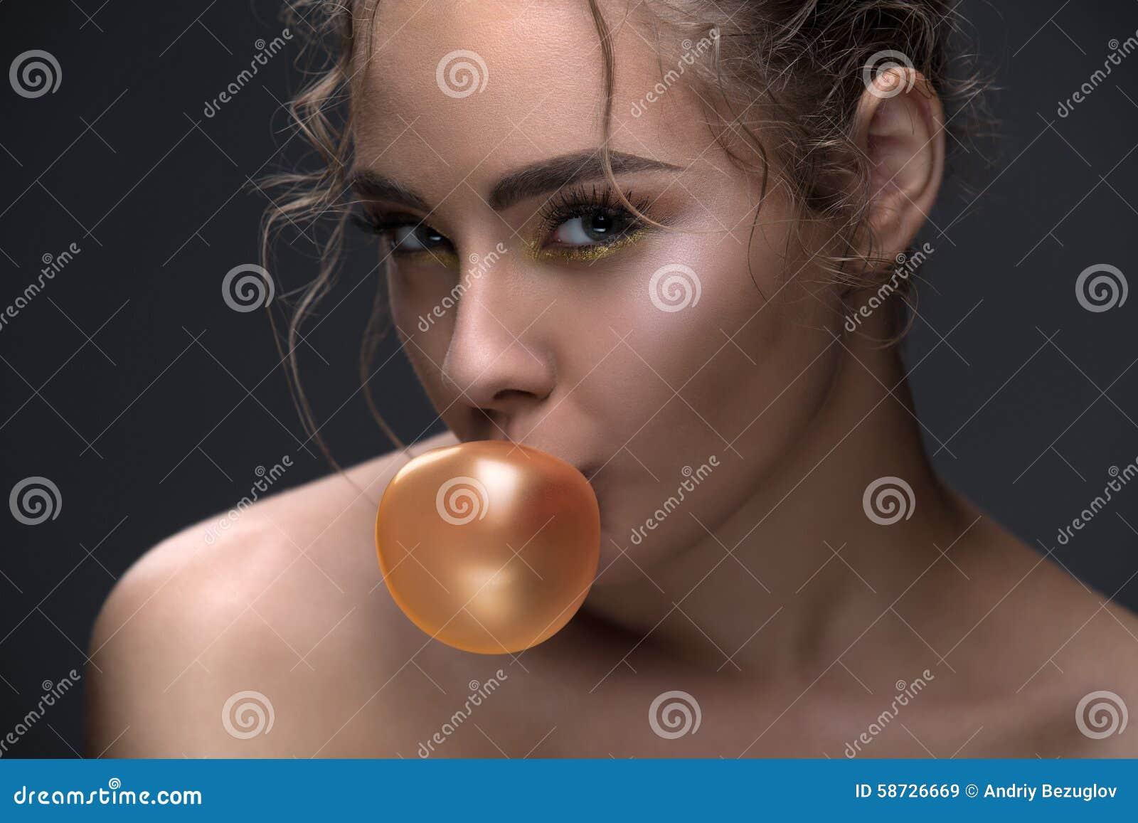 Πορτρέτο ενός όμορφου προτύπου που εξετάζει
