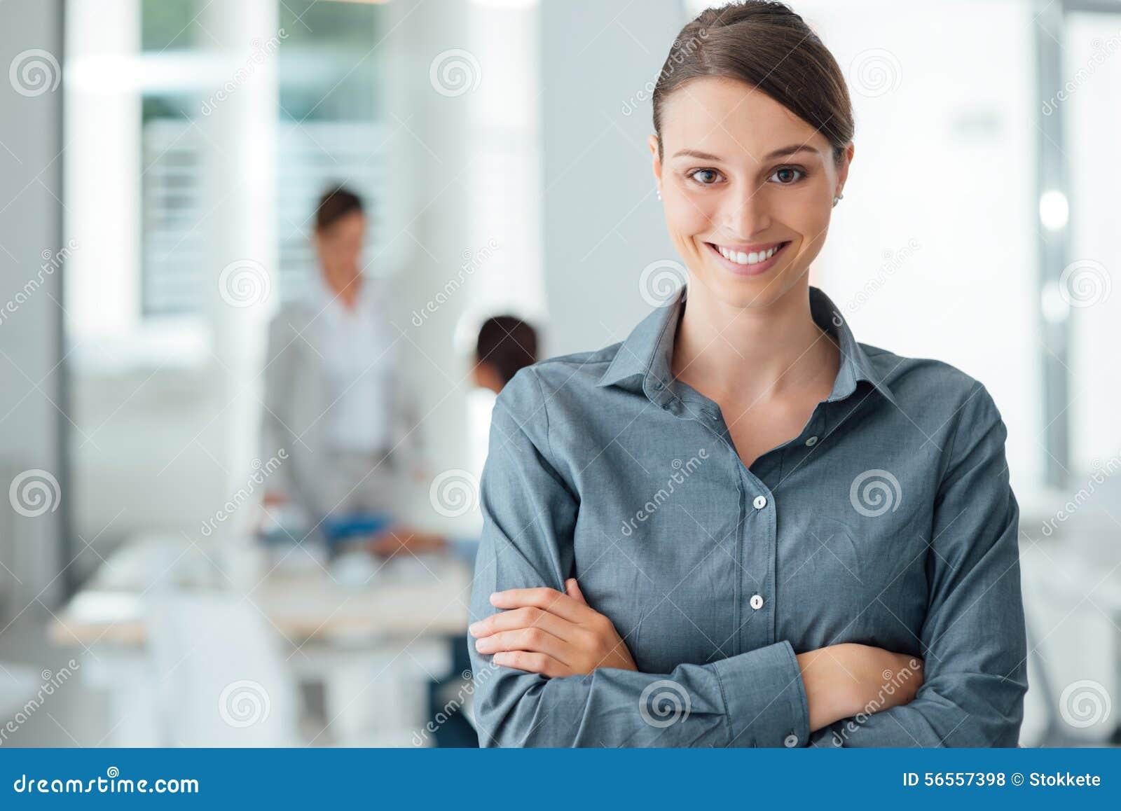 Download Πορτρέτο εργαζομένων γραφείων χαμόγελου θηλυκό Στοκ Εικόνες - εικόνα από resources, έκφραση: 56557398
