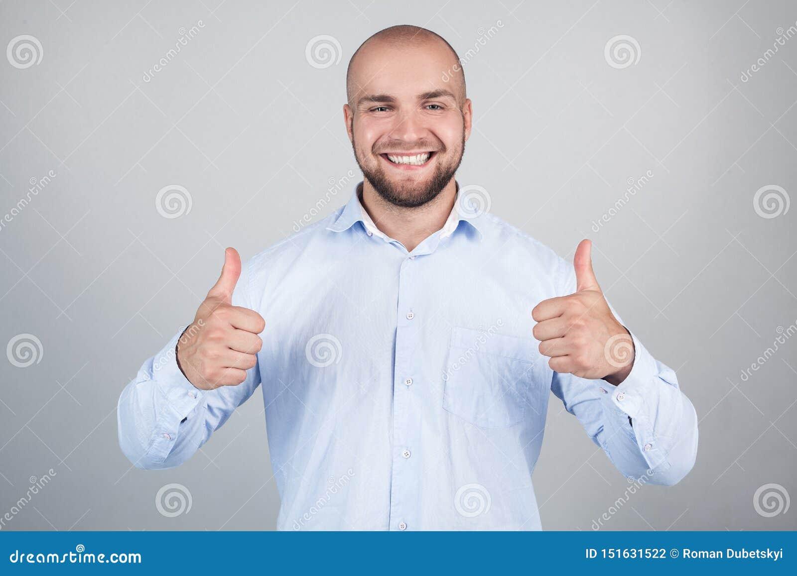 Πορτρέτο εύθυμου ευχάριστου συγκινημένου χαρούμενου όμορφου με την ακτινοβολία του οδοντωτού λαμπρού ατόμου χαμόγελου που φορά το