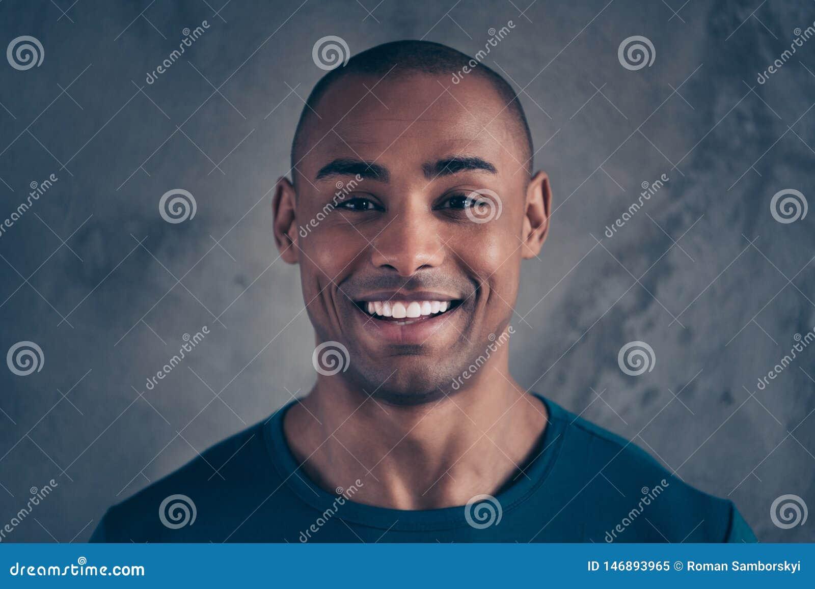 Πορτρέτο κινηματογραφήσεων σε πρώτο πλάνο δικοί του αυτός συμπαθητικός ελκυστικός εύθυμος χαρωπός θετικός υγιής τύπος που φορά τη