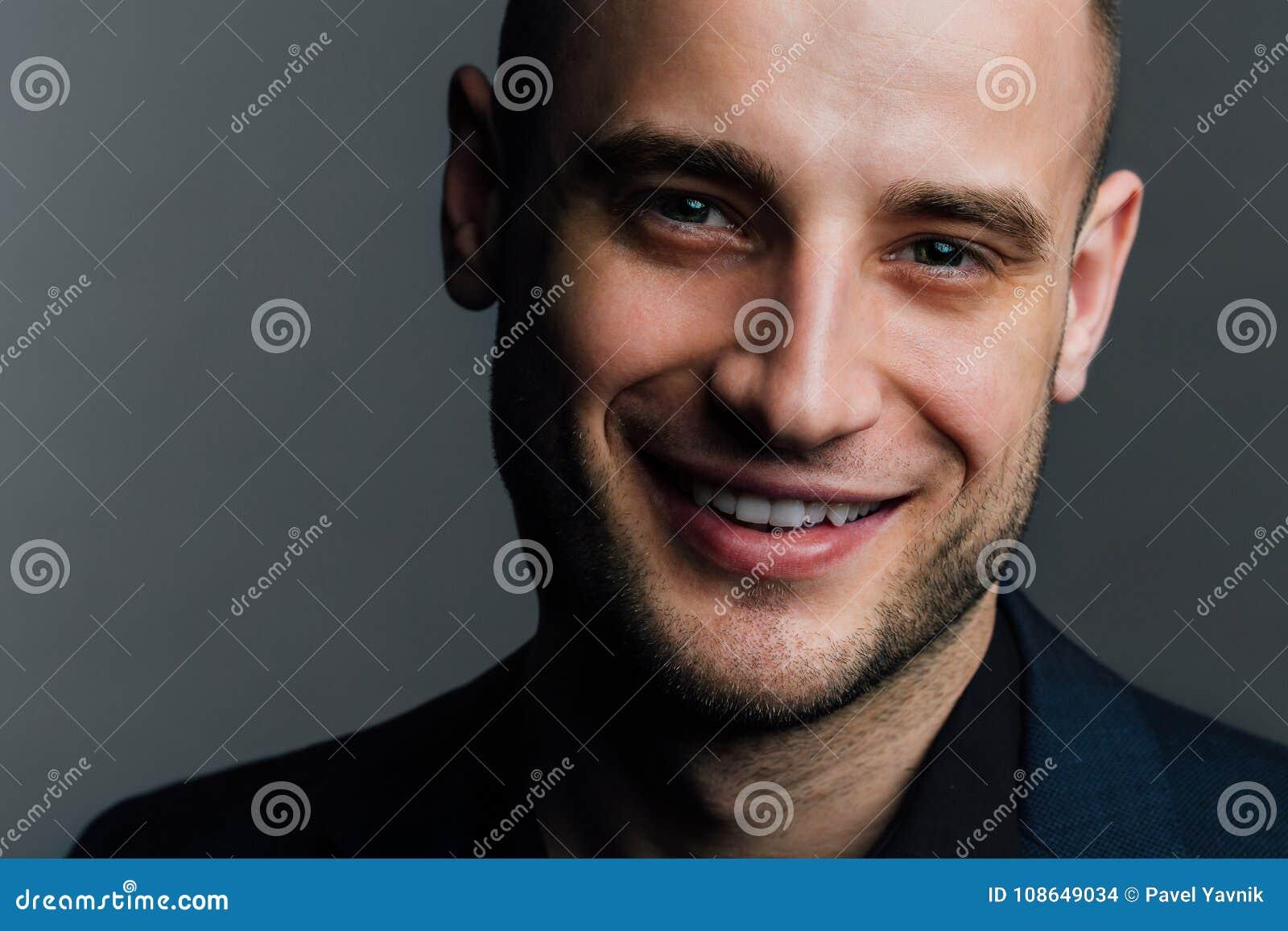 Πορτρέτο κινηματογραφήσεων σε πρώτο πλάνο ενός ελκυστικού όμορφου ατόμου Ο καλός συμπαθητικός τύπος εξετάζει το πλαίσιο