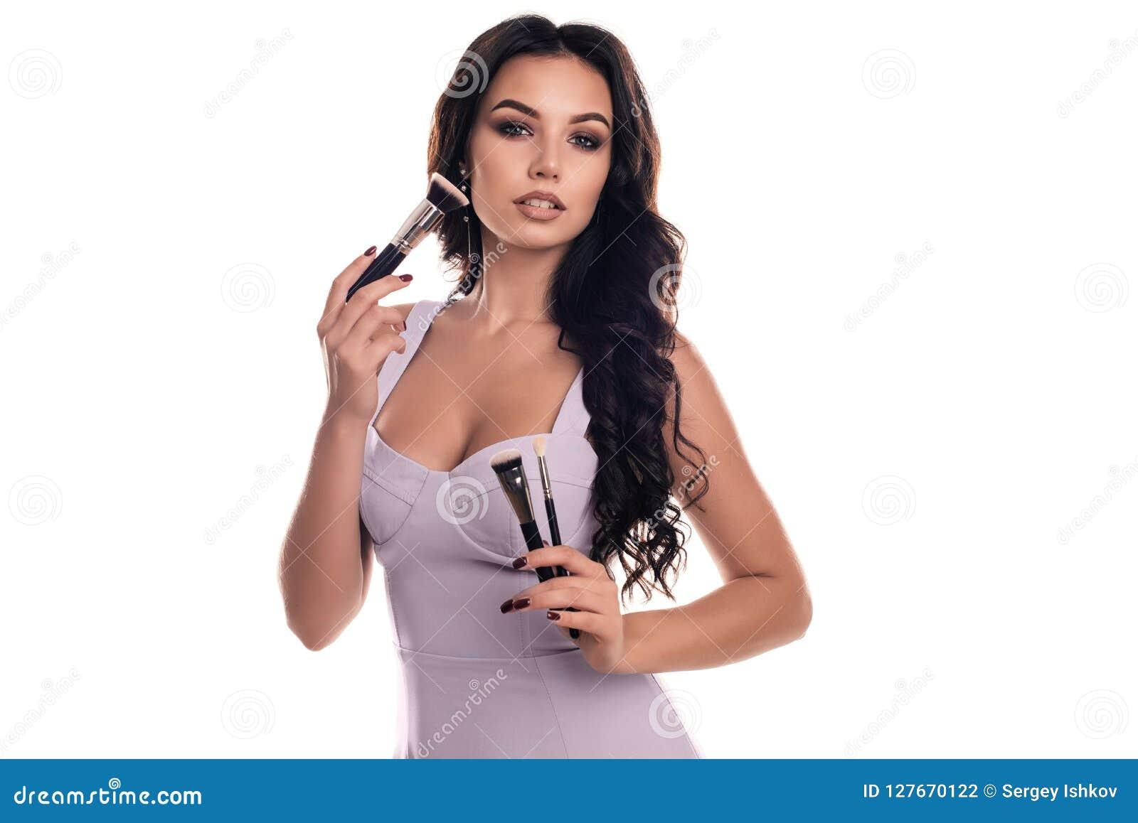 Πορτρέτο κινηματογραφήσεων σε πρώτο πλάνο της γυναίκας με τη βούρτσα makeup κοντά στο πρόσωπο