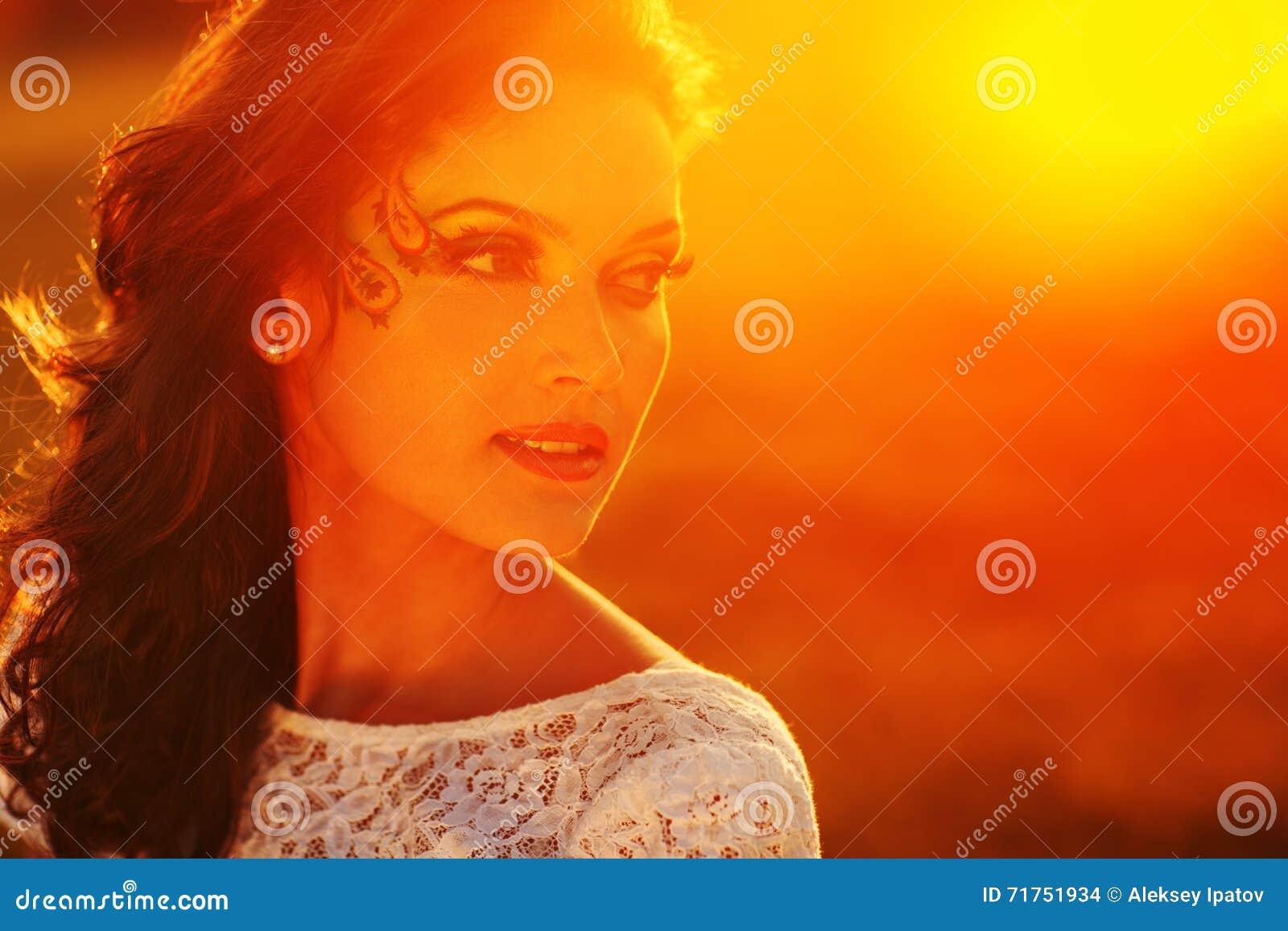 Πορτρέτο κοριτσιών ηλιοφάνειας ομορφιάς