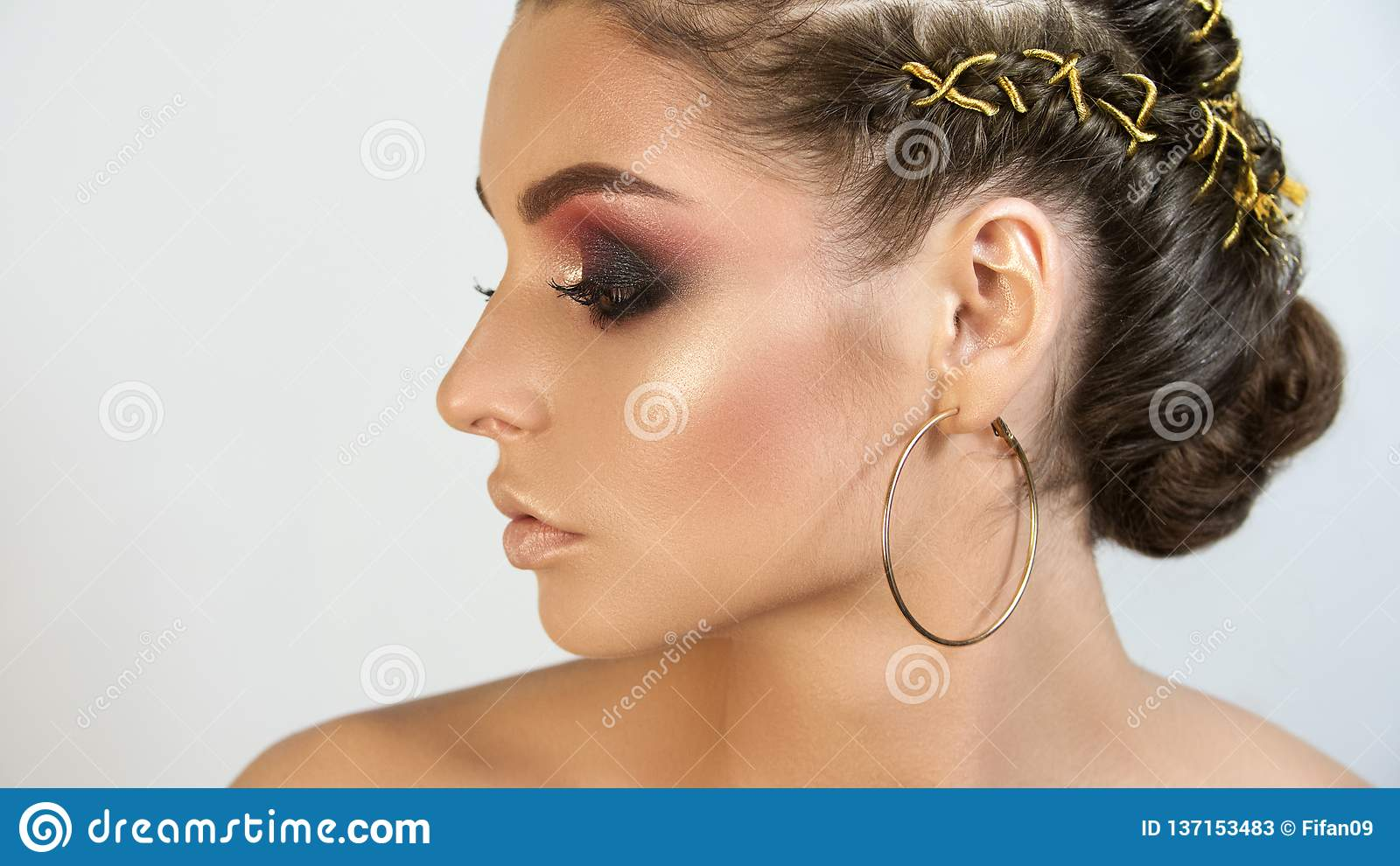 Πορτρέτο κοριτσιών του όμορφου καλλιτέχνη σύνθεσης κοριτσιών επαγγελματικού