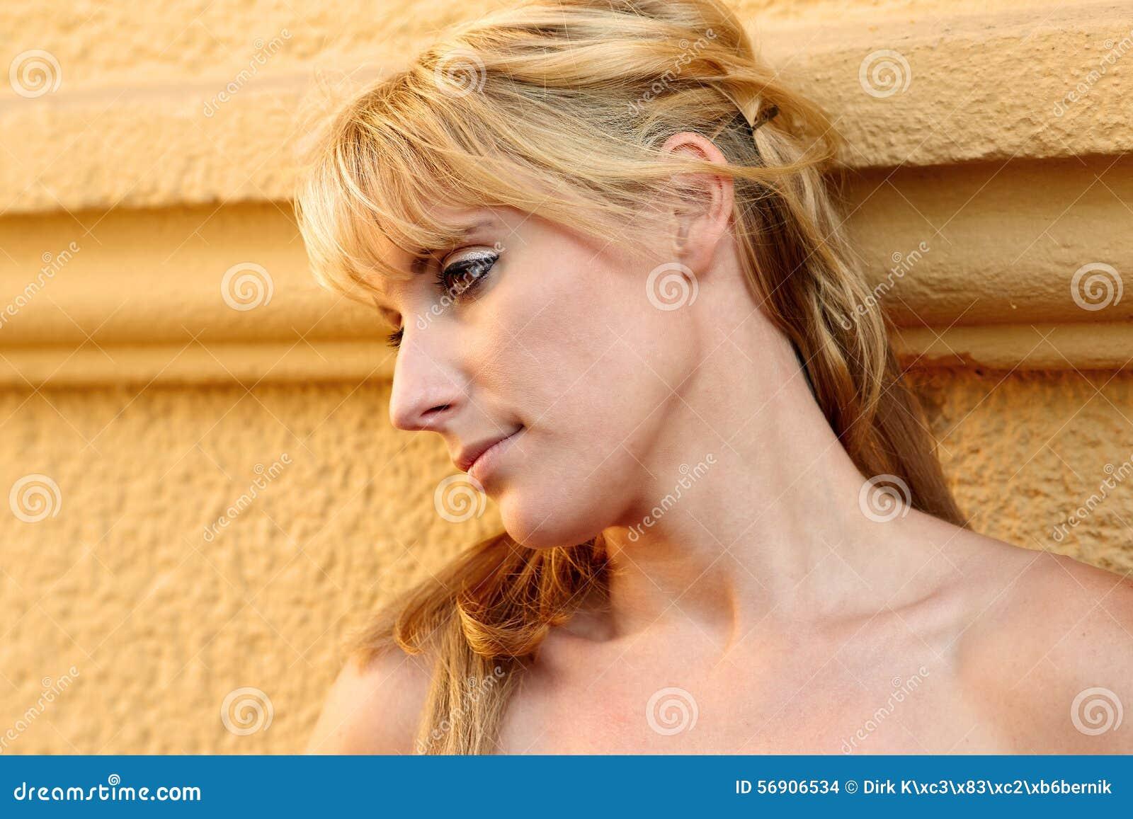 Πορτρέτο μιας αρκετά ξανθής γυναίκας