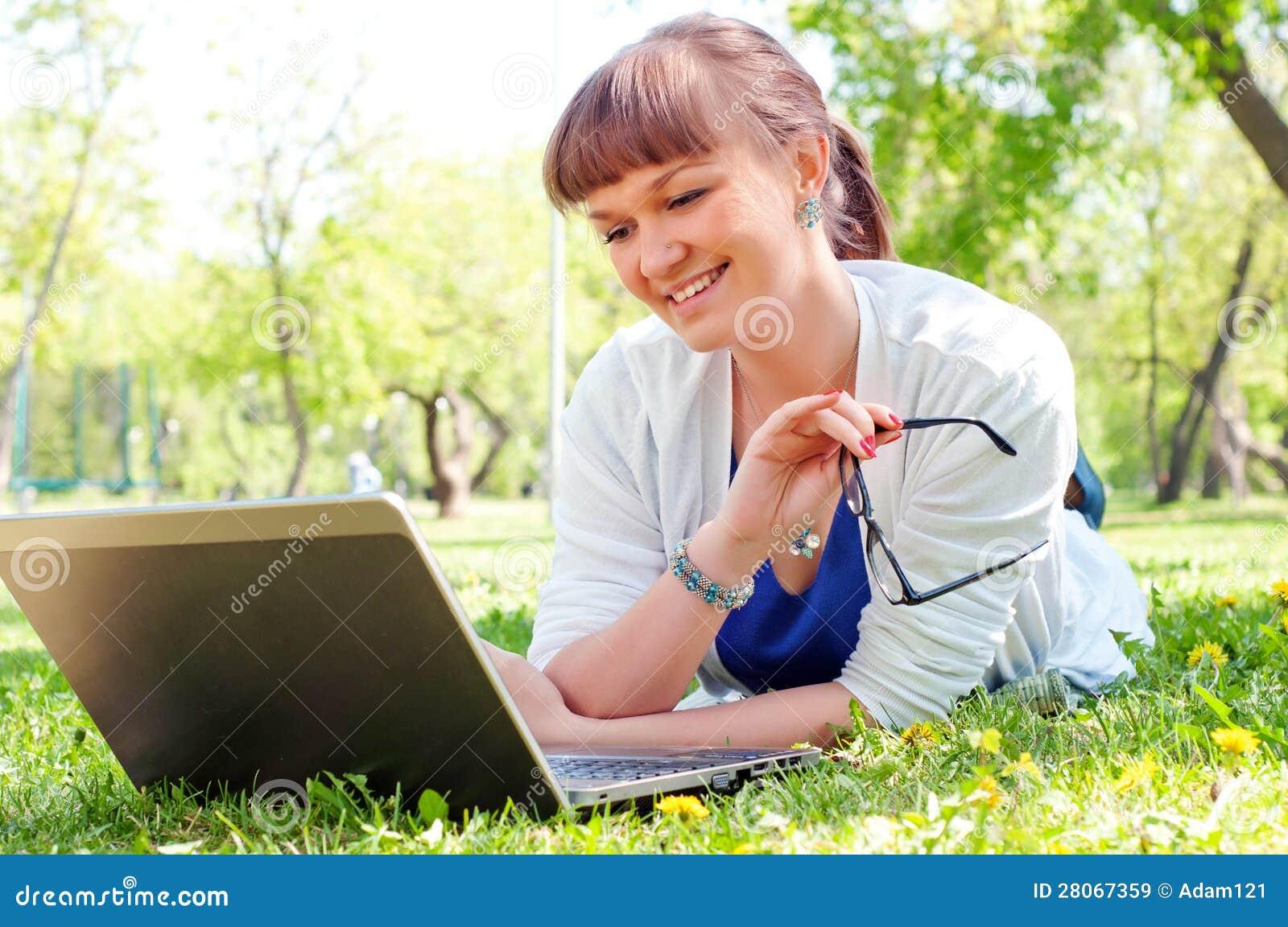 Πορτρέτο μιας γυναίκας με ένα lap-top