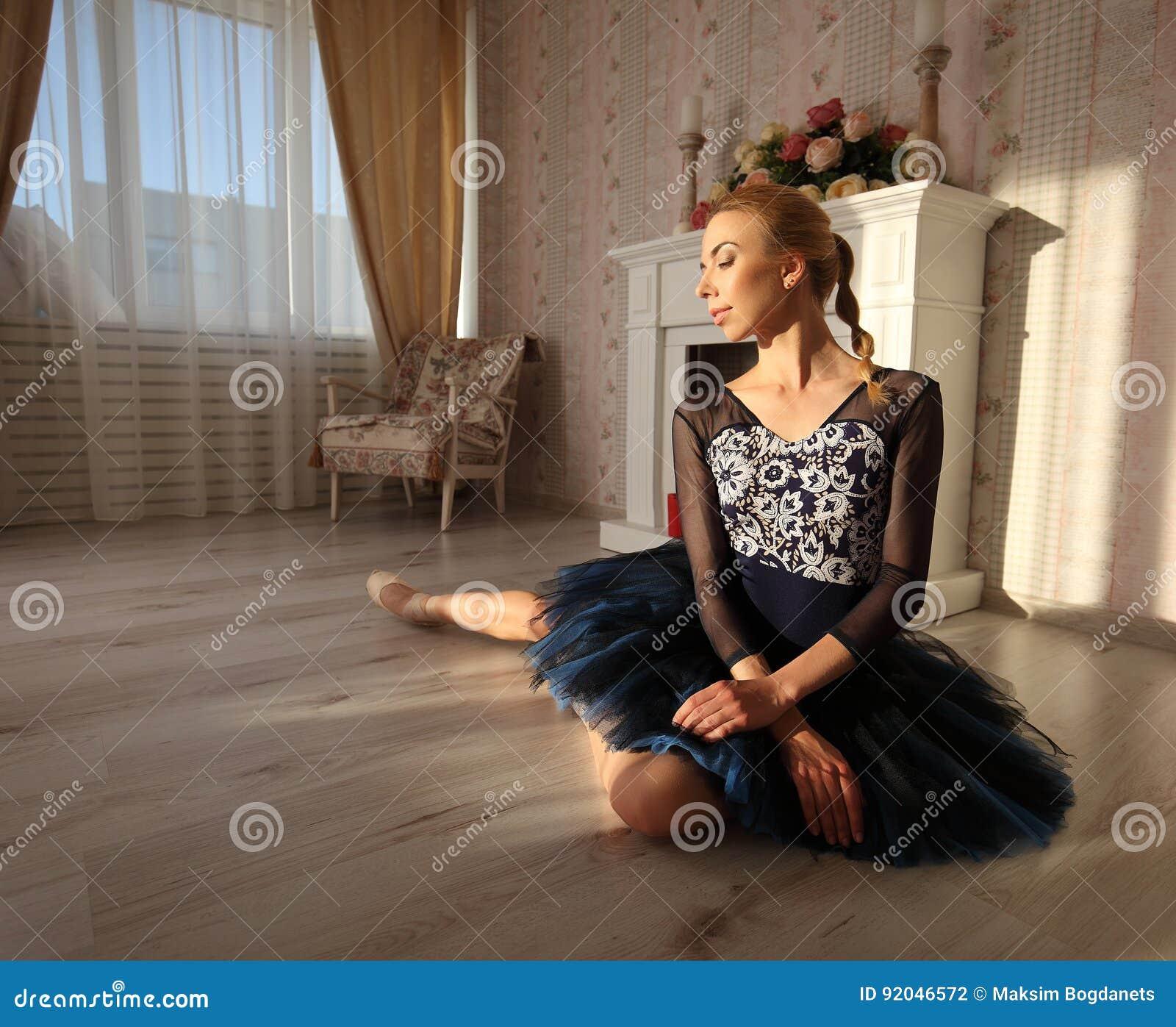Πορτρέτο μιας επαγγελματικής συνεδρίασης χορευτών μπαλέτου στο ξύλινο πάτωμα