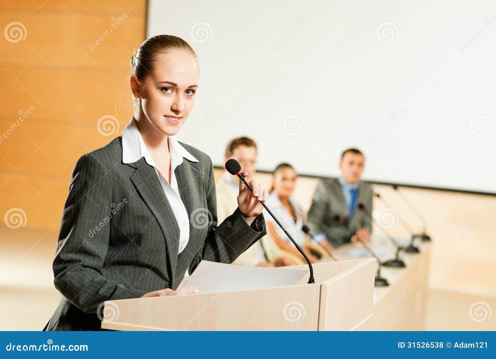 Πορτρέτο μιας επιχειρησιακής γυναίκας με το μικρόφωνο