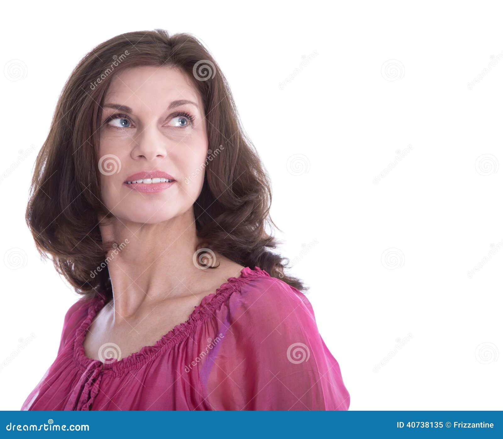 Πορτρέτο μιας ευτυχούς ηλικιωμένης γυναίκας που απομονώνεται στο λευκό