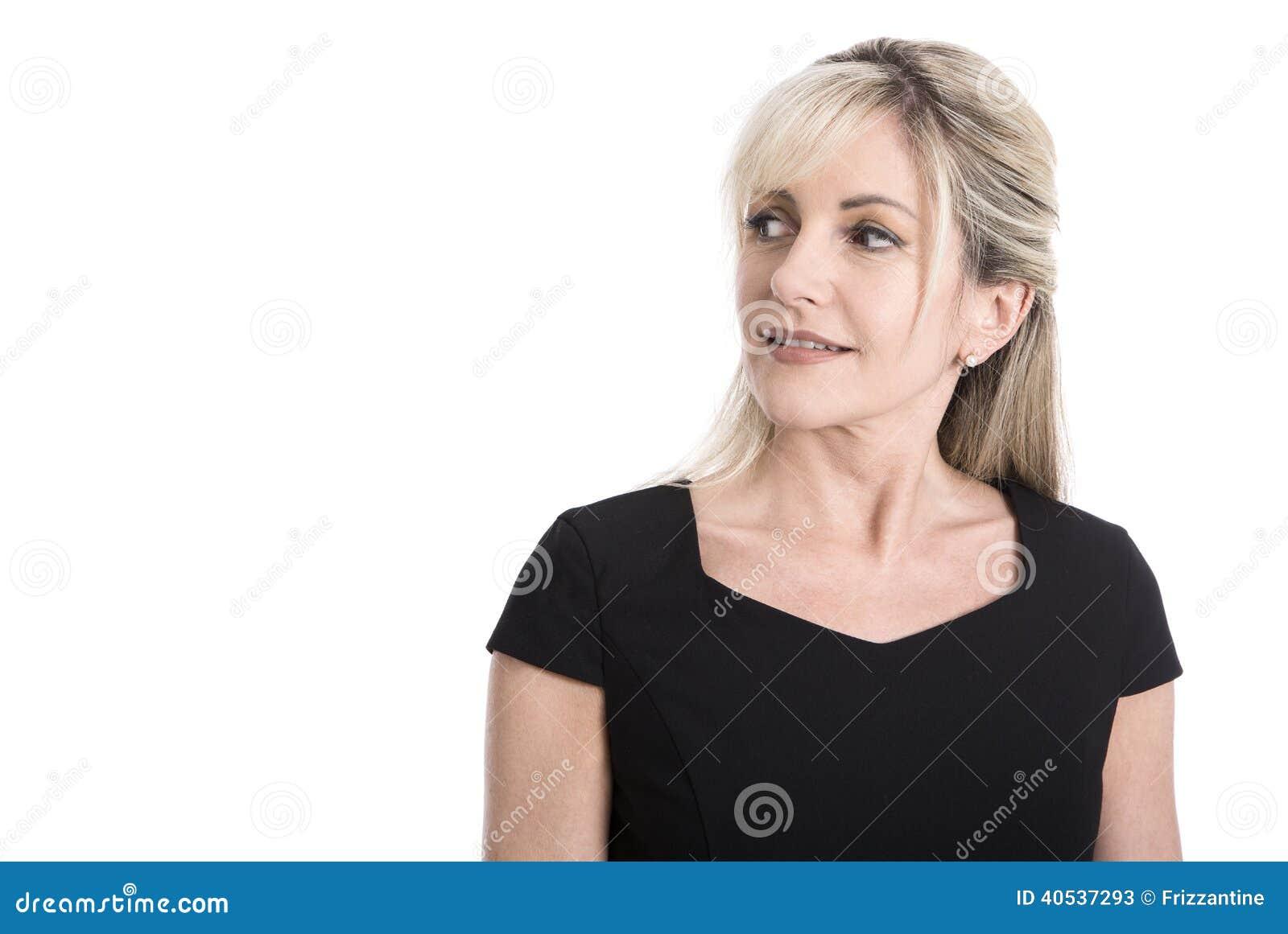 Πορτρέτο μιας ηλικιωμένης απομονωμένης επιχειρησιακής γυναίκας στο μαύρο κοίταγμα sid