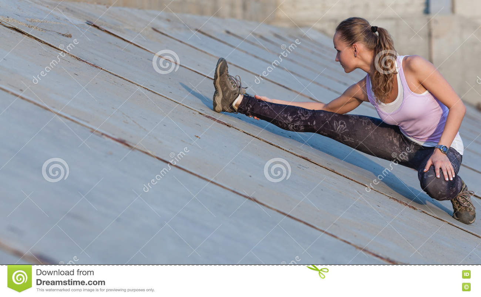 Πορτρέτο μιας νέας γυναίκας ικανότητας που τεντώνει υπαίθρια