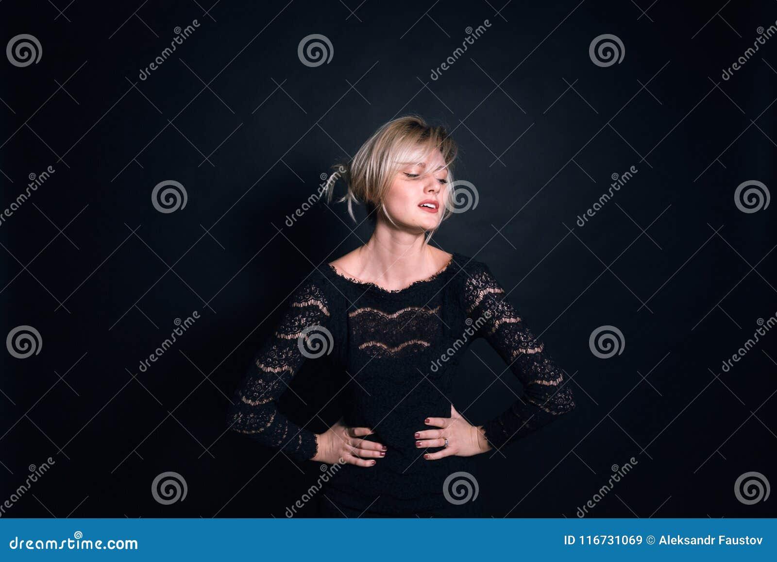 Πορτρέτο μιας νέας γυναίκας, που εξετάζει τη κάμερα