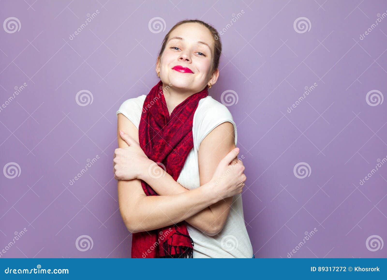 Πορτρέτο μιας νέας χαριτωμένης γυναίκας με το κόκκινο μαντίλι και των φακίδων στην ξένοιαστη συναισθηματική έννοια έκφρασης ευτυχ