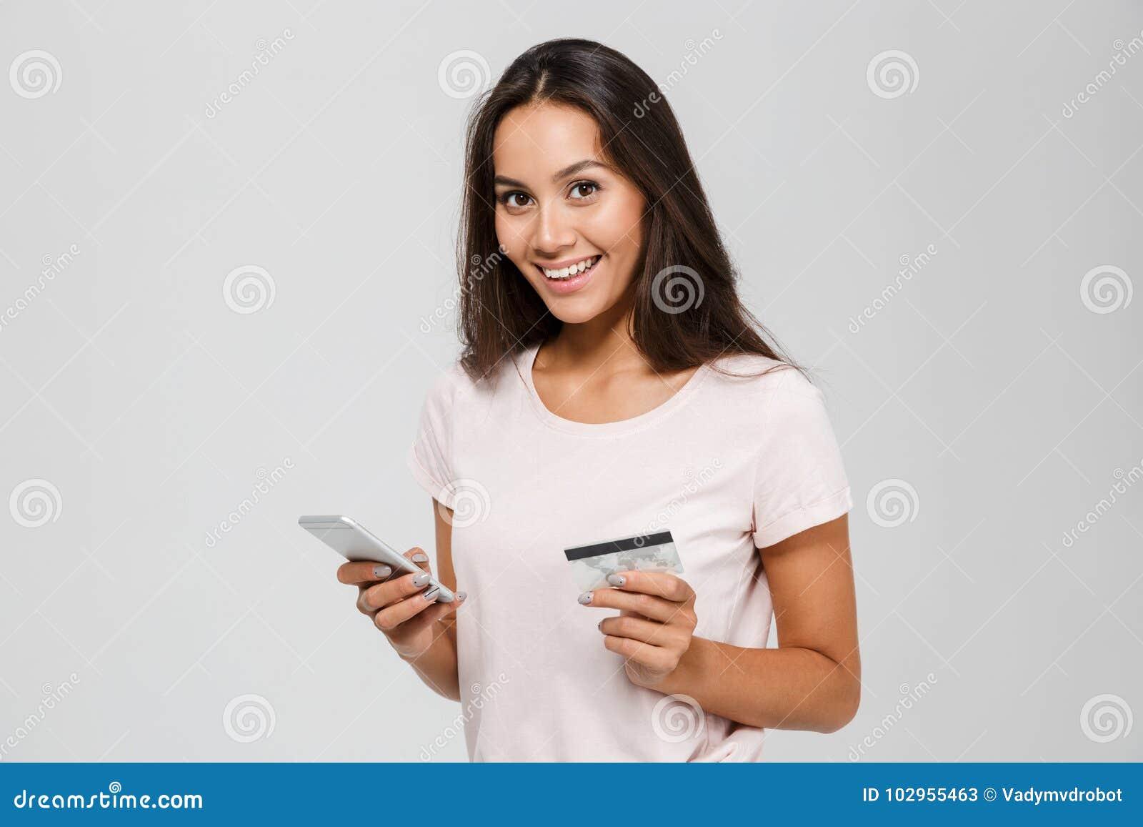 Πορτρέτο μιας πιστωτικής κάρτας εκμετάλλευσης γυναικών χαμόγελου ευτυχούς ασιατικής