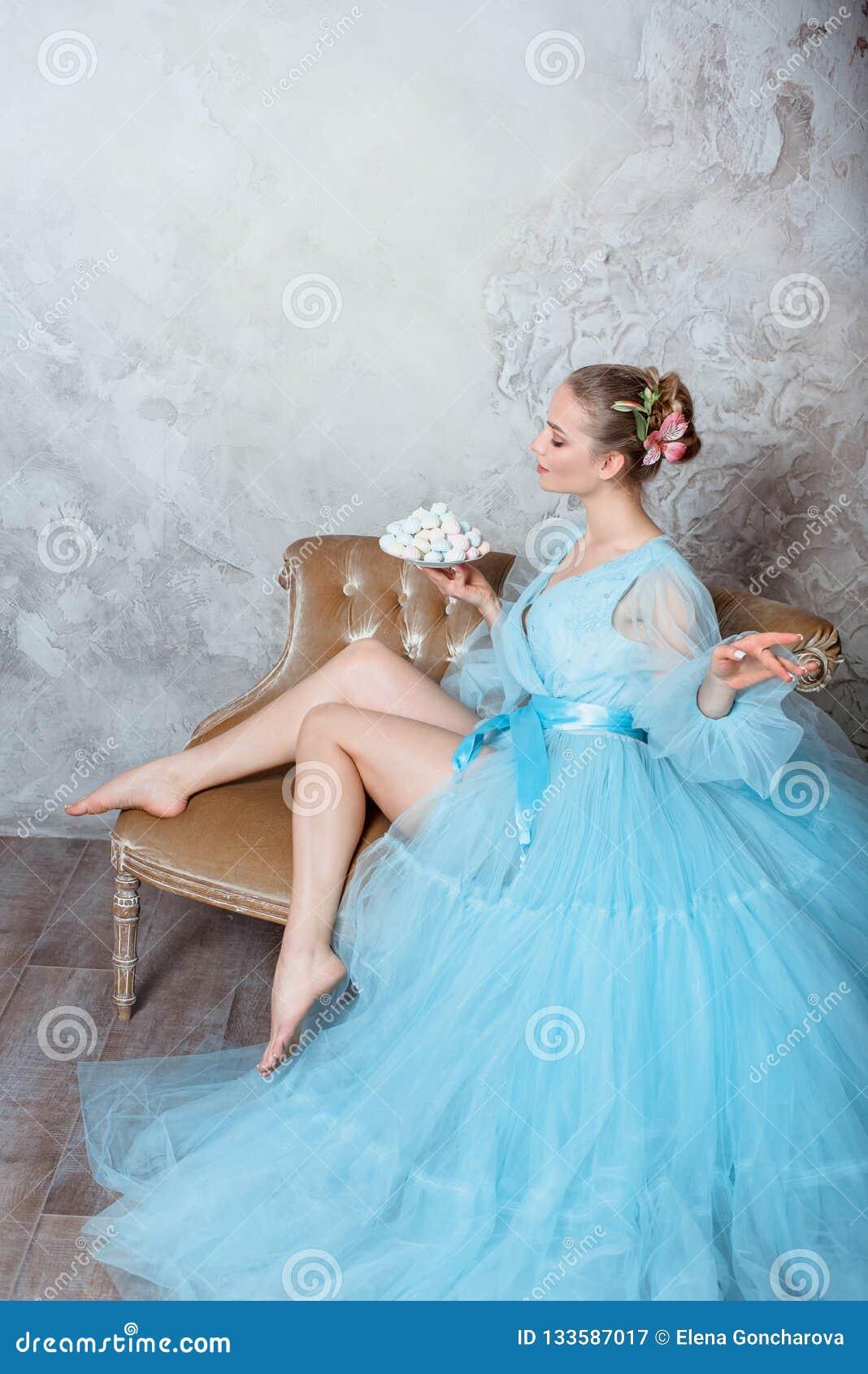 Πορτρέτο μιας σαγηνευτικής όμορφης γυναίκας σε ένα φόρεμα αναδρομικών εσωτερικό και μπουντουάρ