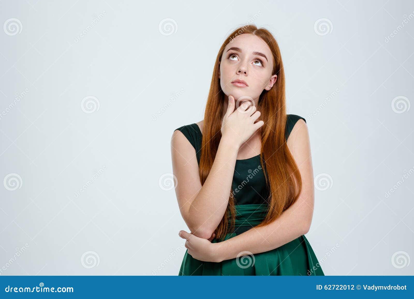 Πορτρέτο μιας σκεπτικής γυναίκας που ανατρέχει