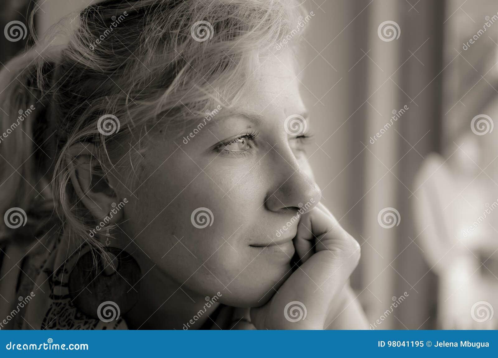 Πορτρέτο μιας σκεπτικής γυναίκας στο Μαύρο και whote