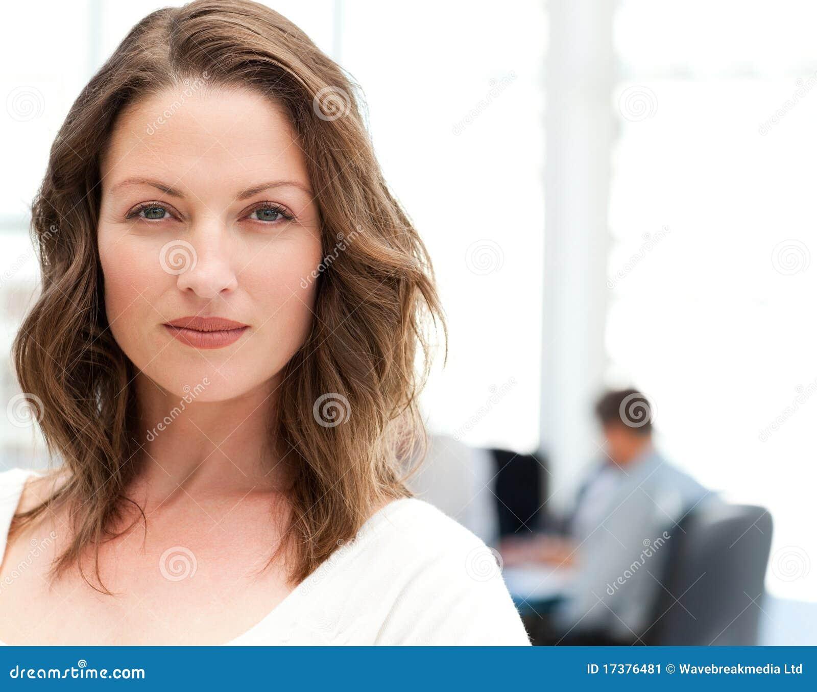 Πορτρέτο μιας χαρισματικής γυναίκας σε μια συνεδρίαση