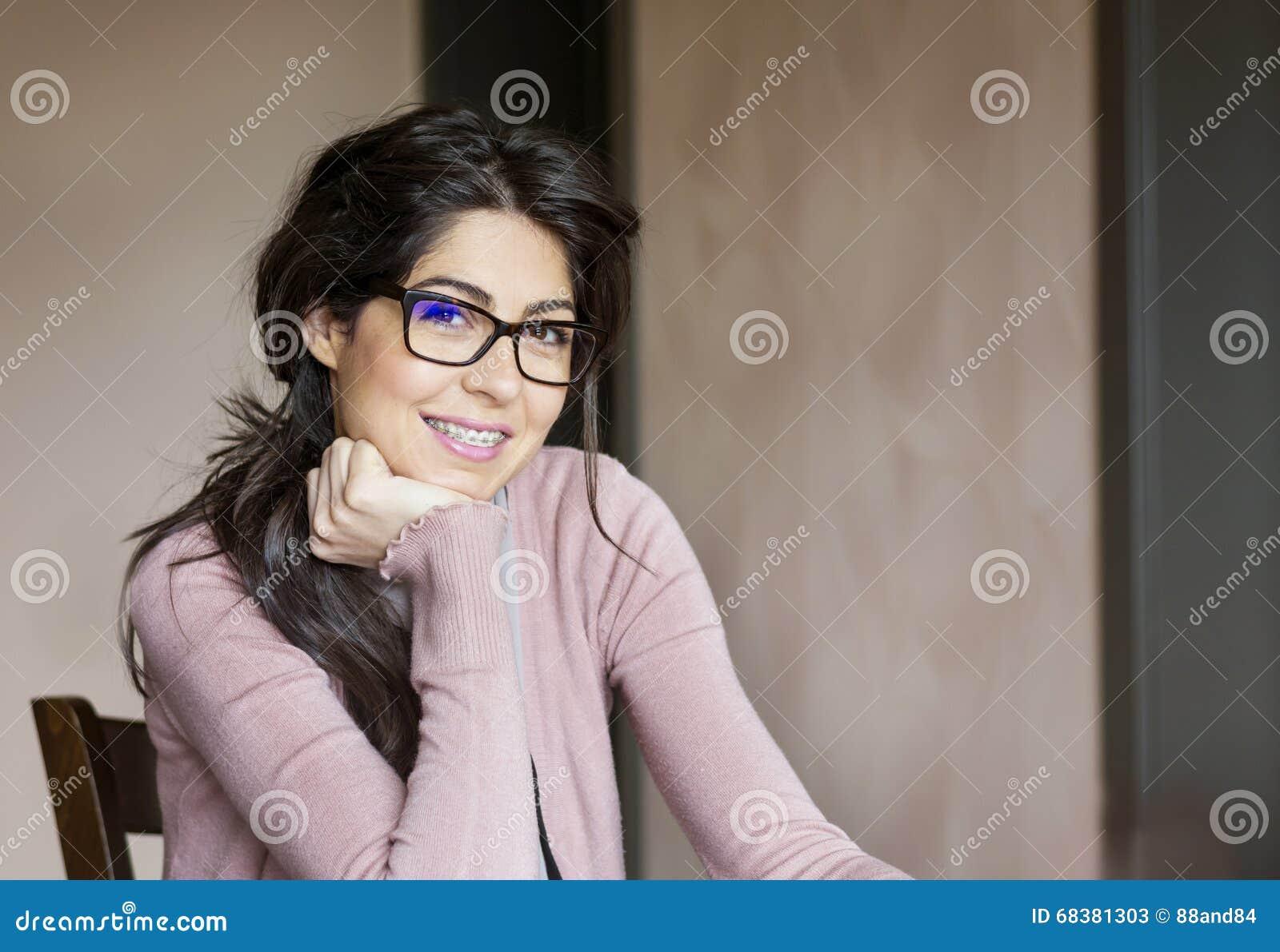 Πορτρέτο μιας όμορφης γυναίκας με τα στηρίγματα στα δόντια orthodontic επεξεργασία Οδοντική έννοια προσοχής