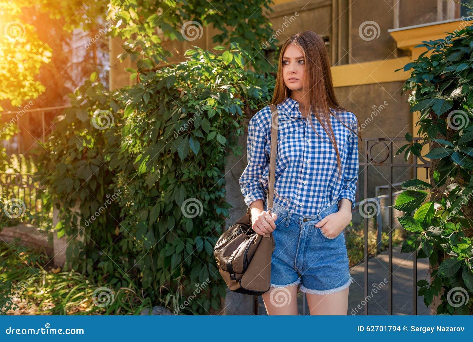 Πορτρέτο μιας όμορφης νέας γυναίκας στην πόλη οδών
