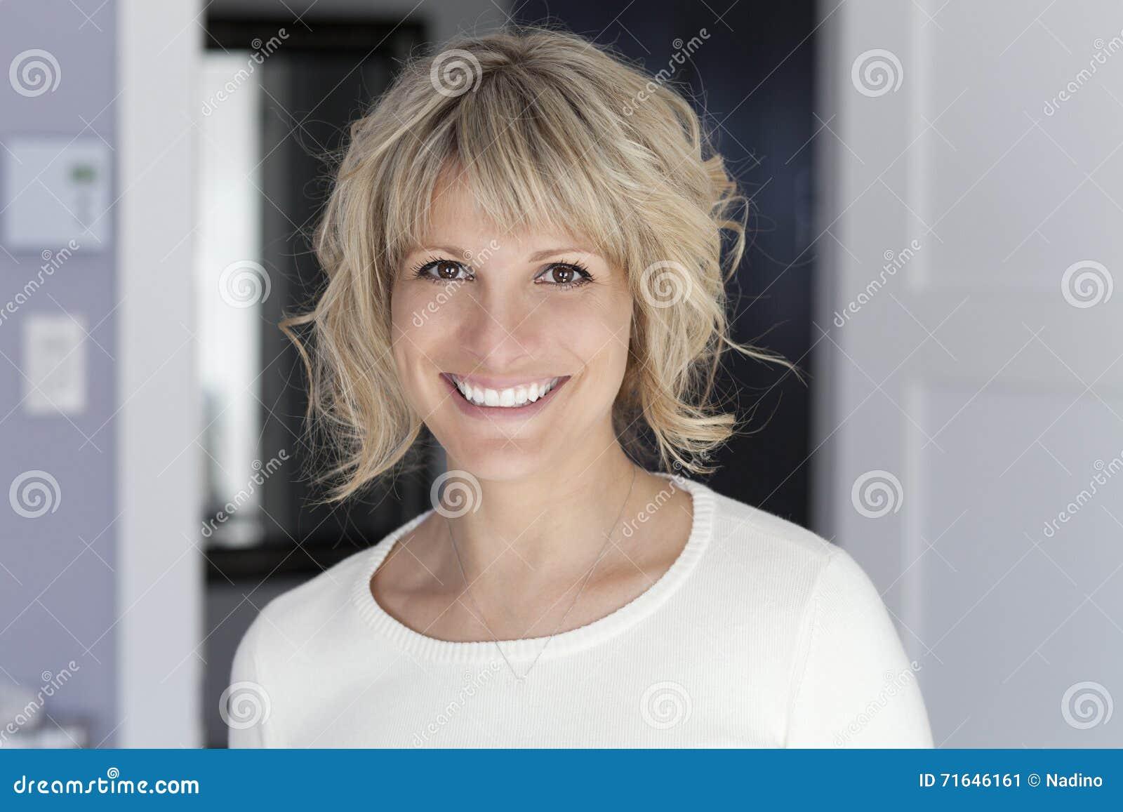 Πορτρέτο μιας ώριμης γυναίκας που χαμογελά στη κάμερα