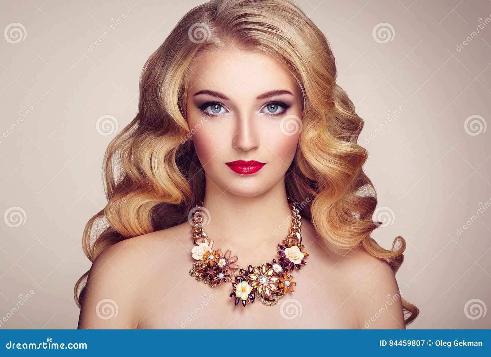 Πορτρέτο μόδας της νέας όμορφης γυναίκας με το κομψό hairstyle