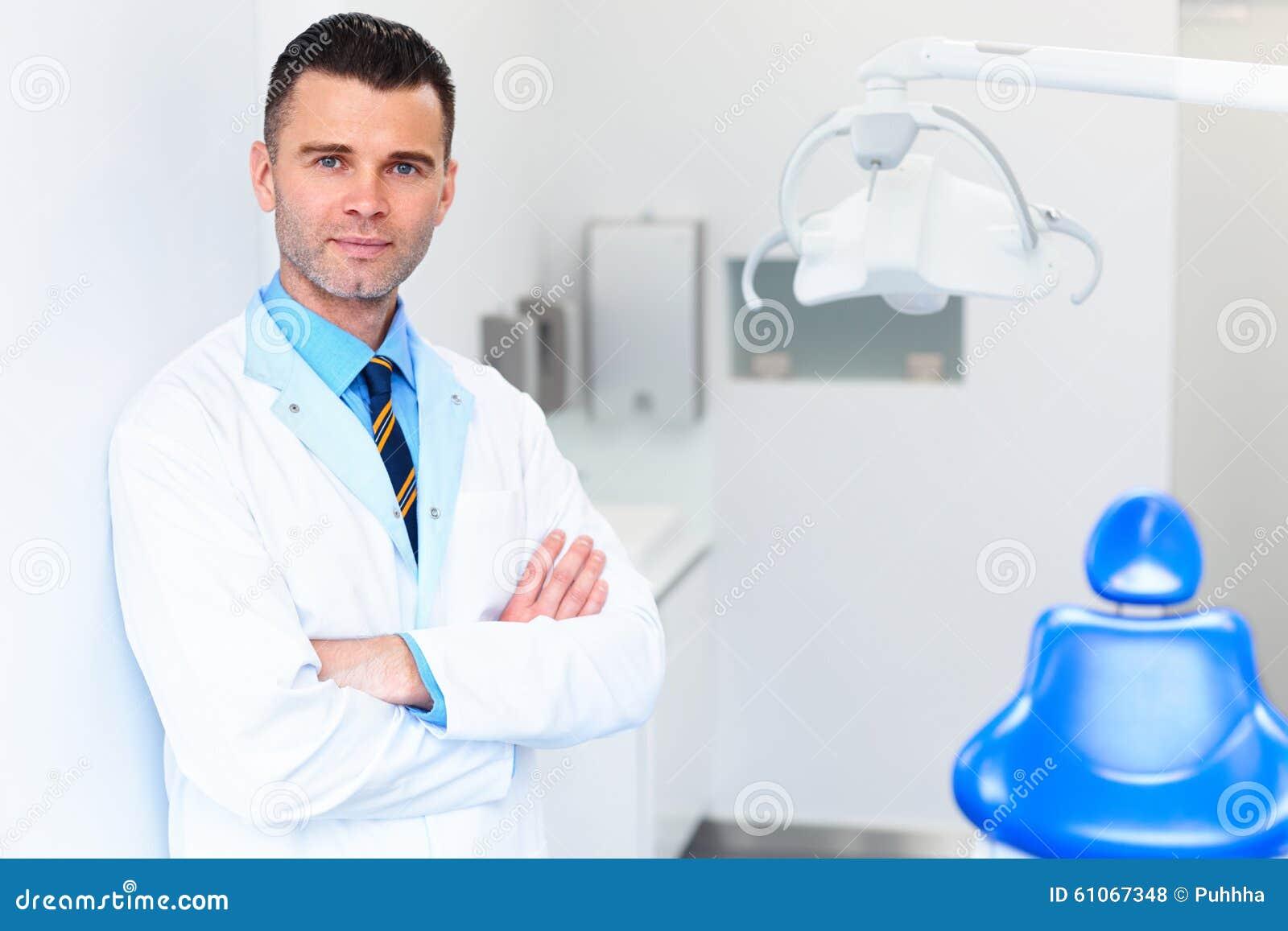 Πορτρέτο οδοντιάτρων Νέος γιατρός στην οδοντική κλινική Προσοχή δοντιών